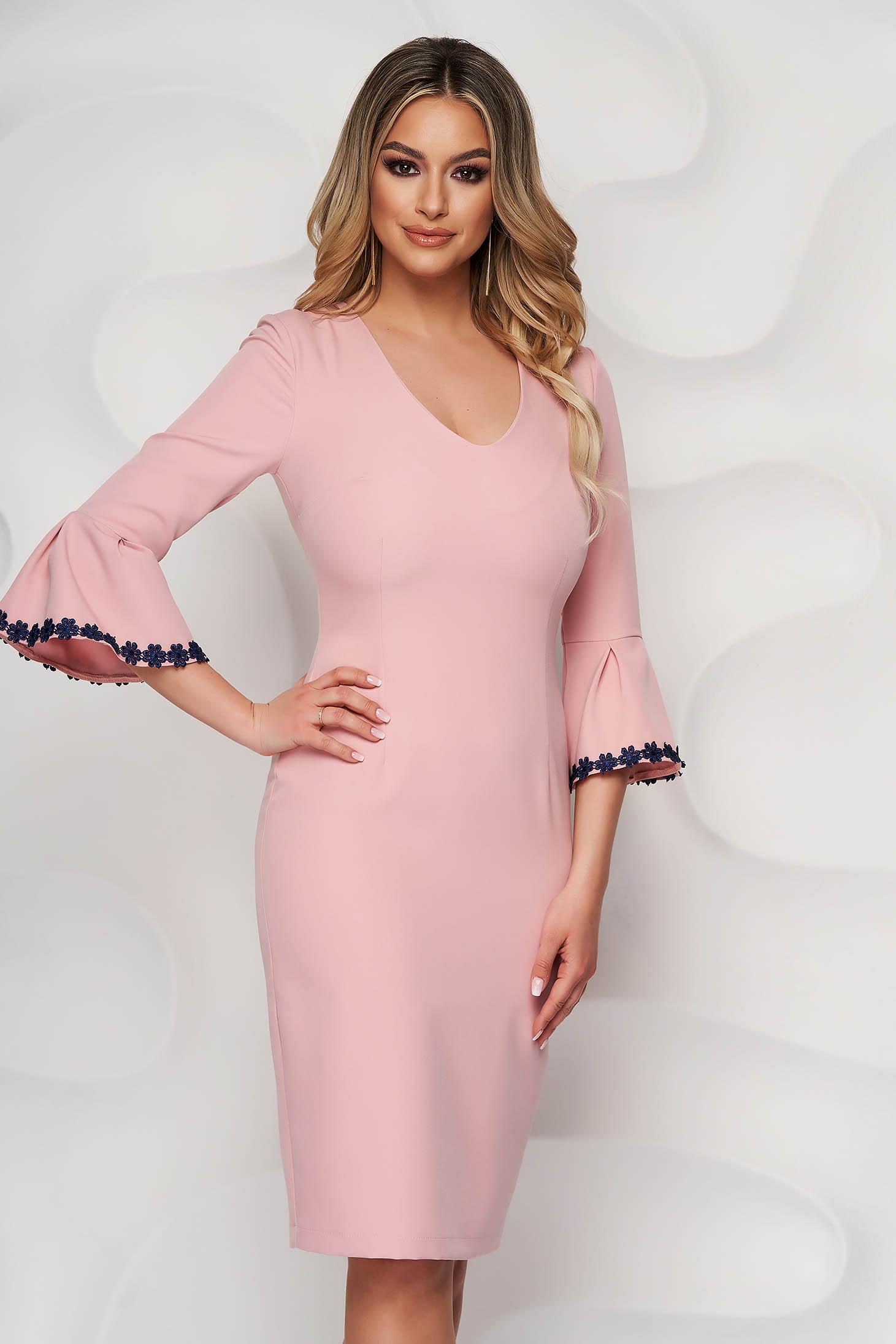 Púder rózsaszínű StarShinerS midi hímzett ceruza ruha harang ujjakkal
