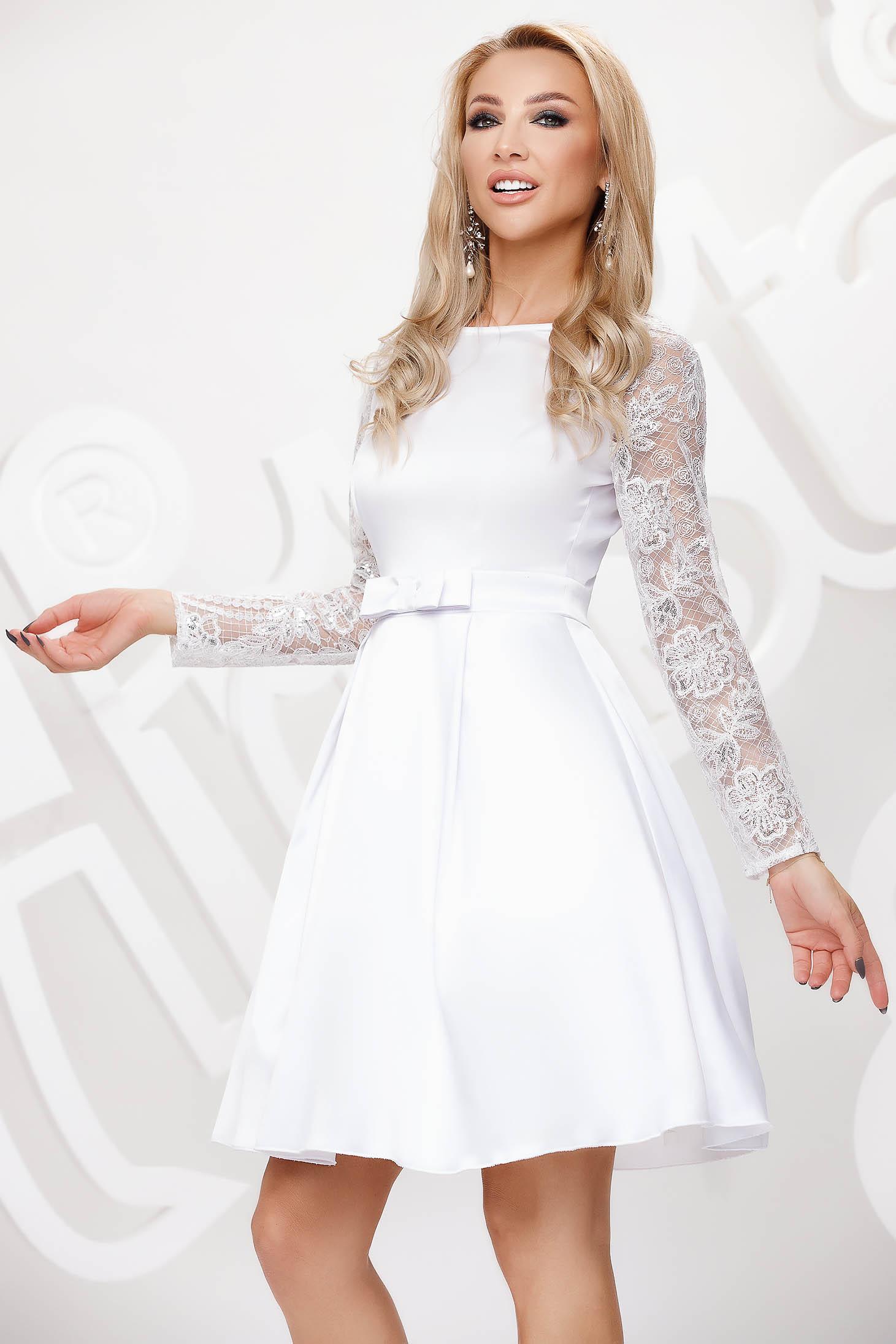 Fehér rövid alkalmi harang ruha átlátszó ujjakkal