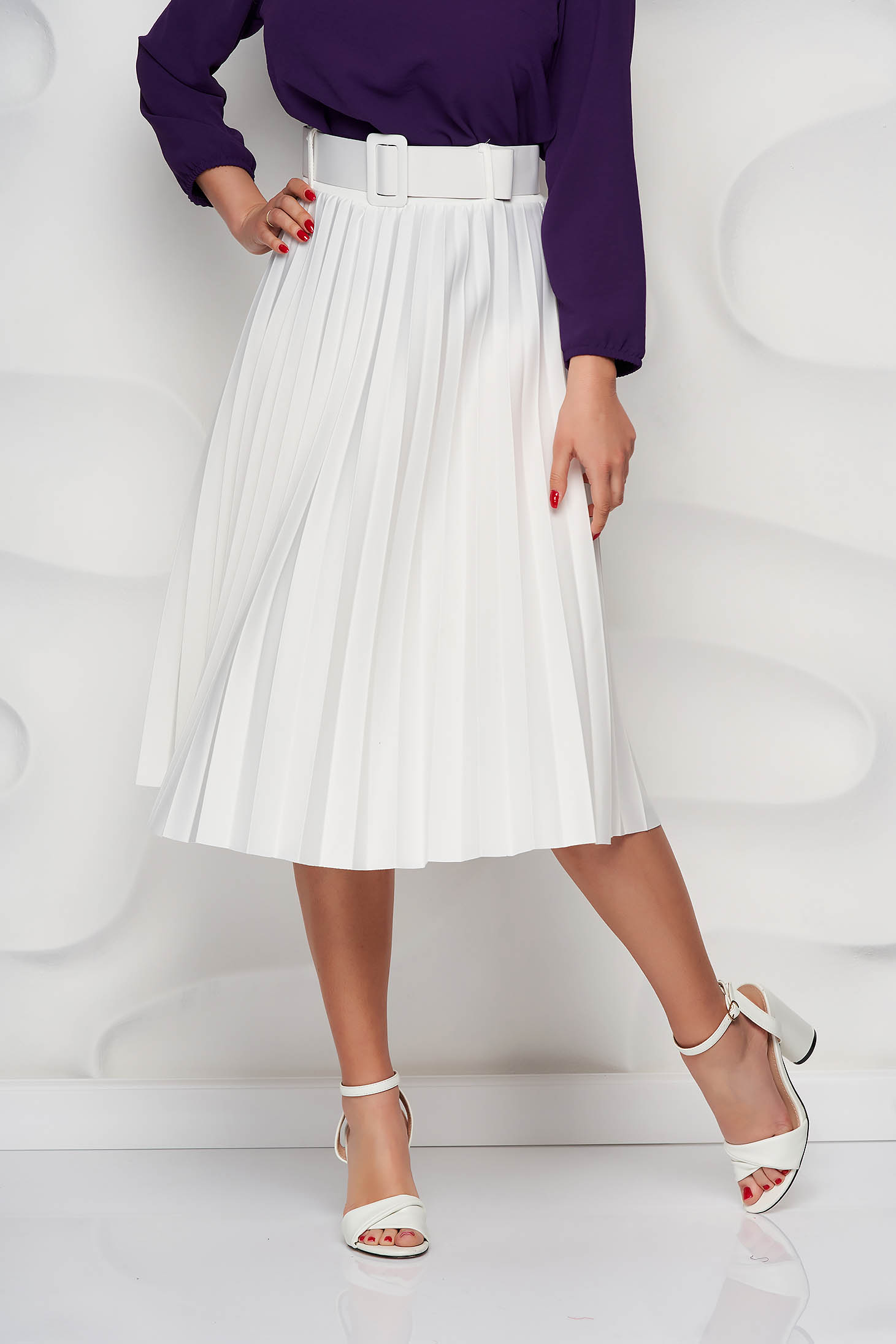 White skirt cloche accessorized with belt slightly elastic fabric folded up