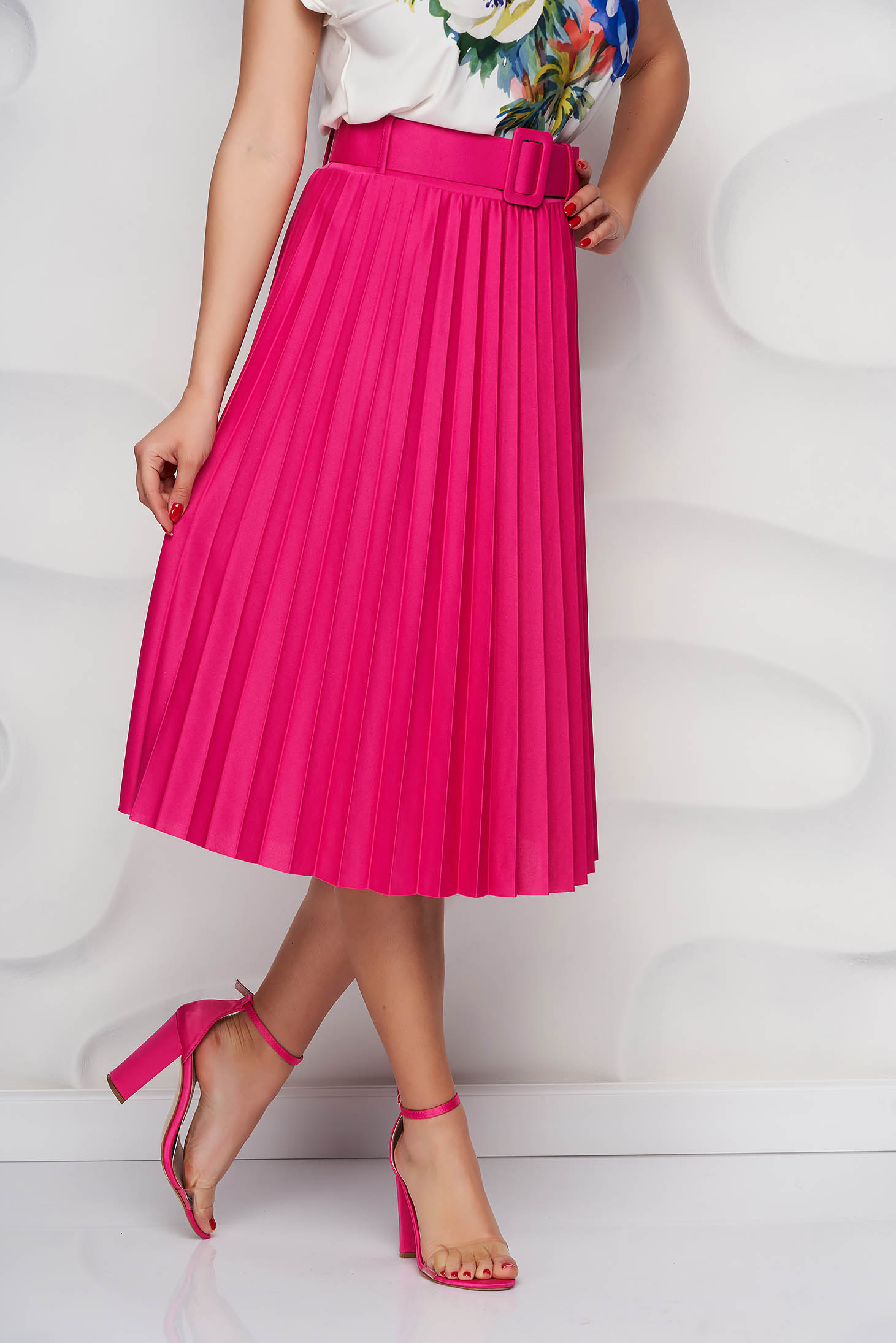 Fuchsia skirt cloche accessorized with belt slightly elastic fabric folded up