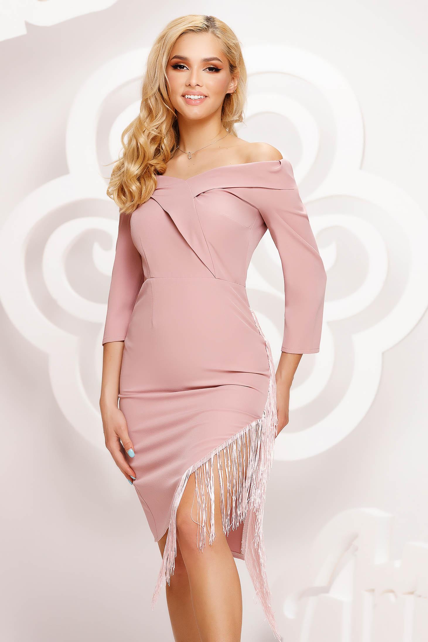 Púder rózsaszínű ruha rövid alkalmi aszimetrikus ejtett vállú rugalmas anyagból rojtokkal díszített