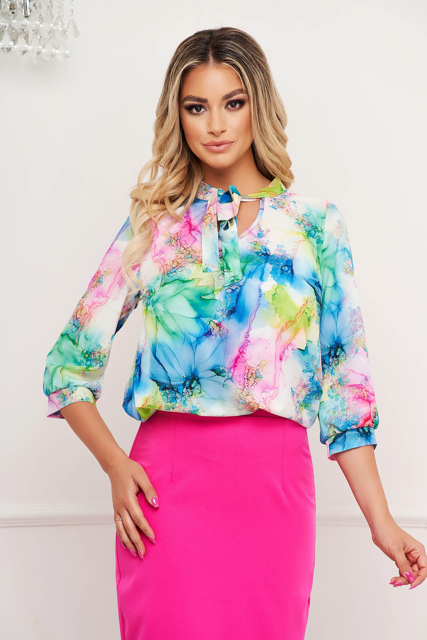 Bluza dama StarShinerS office cu croi larg din material fin la atingere cu guler tip esarfa si imprimeu floral unic