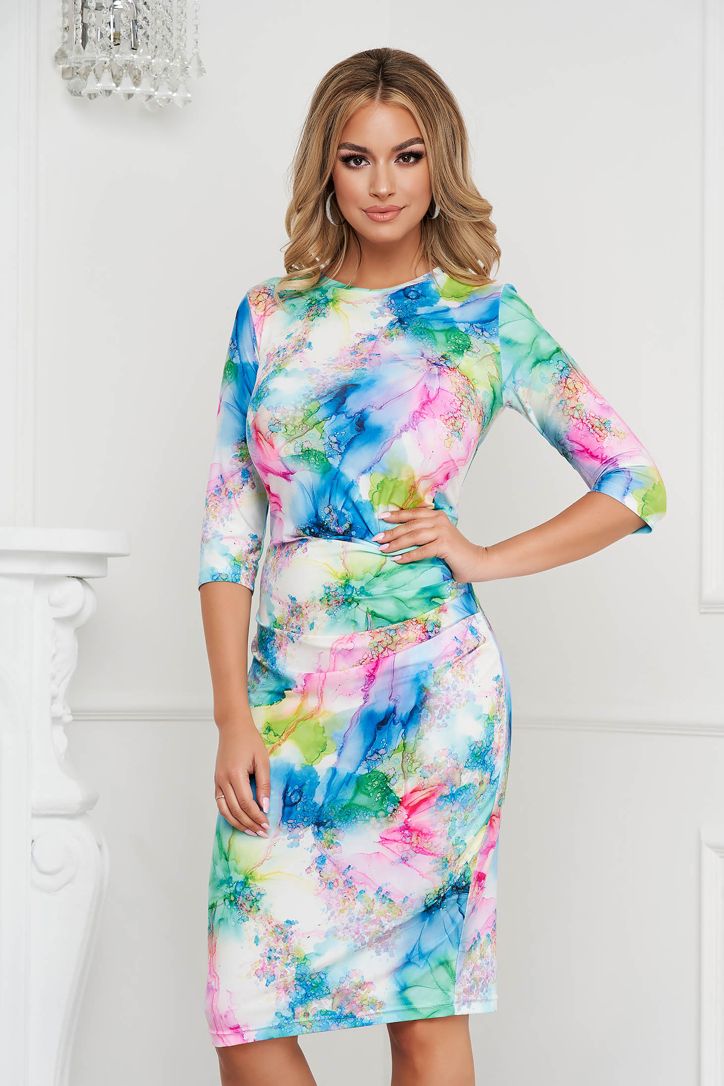 Rochie StarShinerS office midi tip creion din material elastic usor incretit in lateral si imprimeu unic