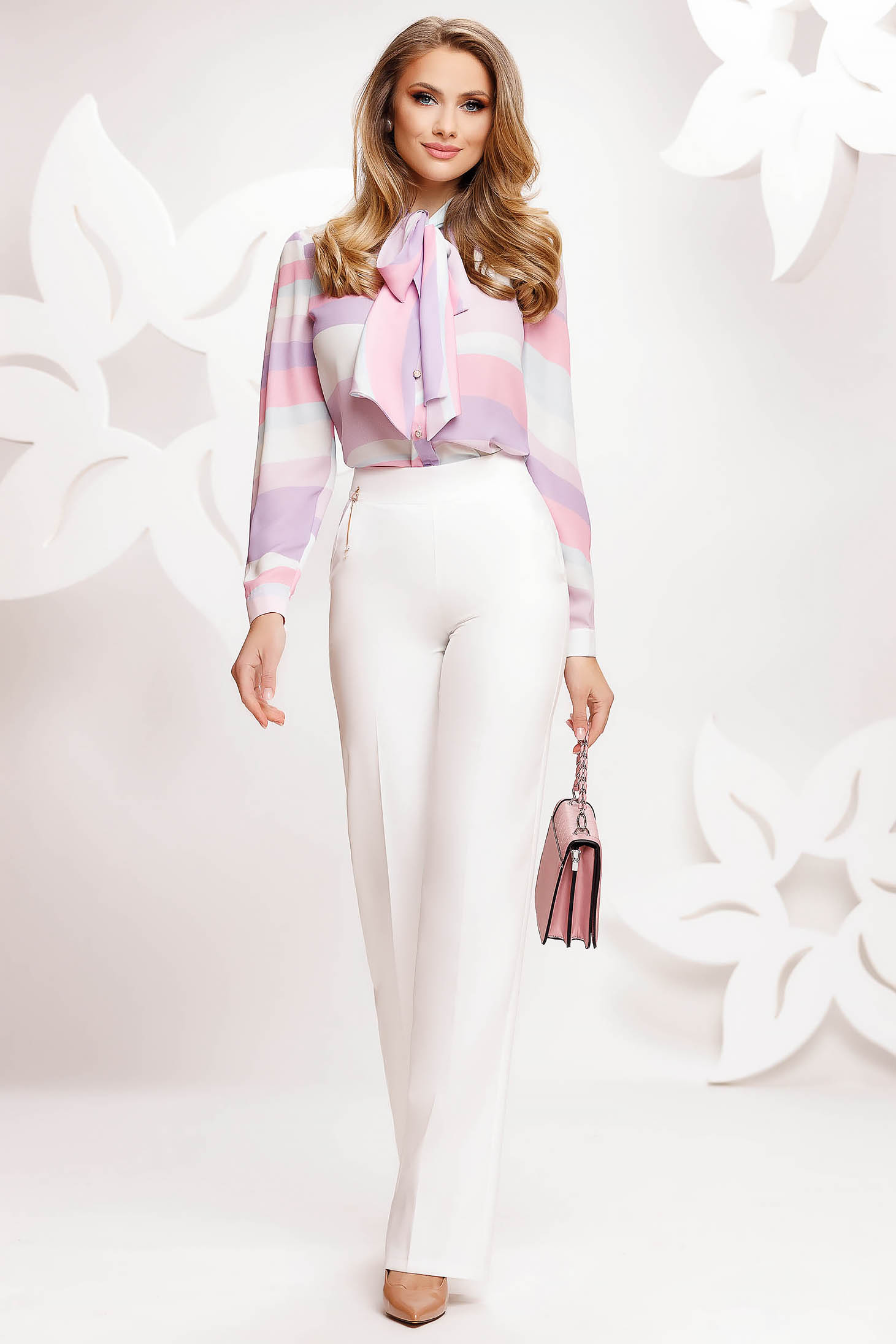 Pantaloni Fofy albi eleganti evazati cu talie inalta accesorizati cu lantisor