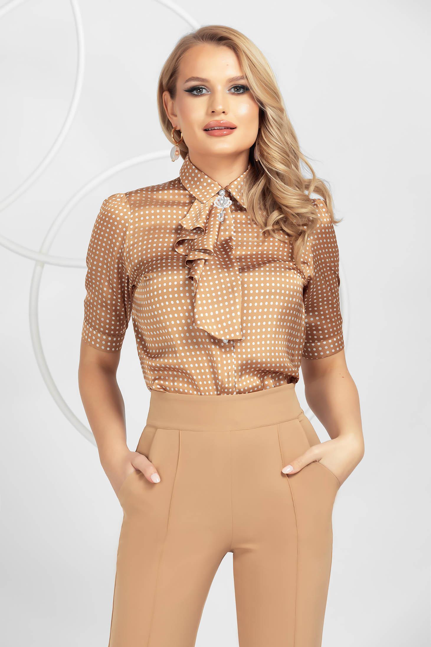 Barna elegáns pöttyös női ing szaténból bross kiegészítővel