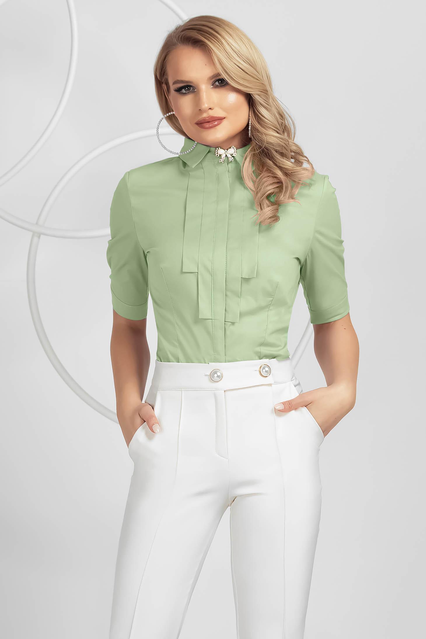 Világos zöld elegáns szűkített női ing pamutból készült bross kiegészítővel