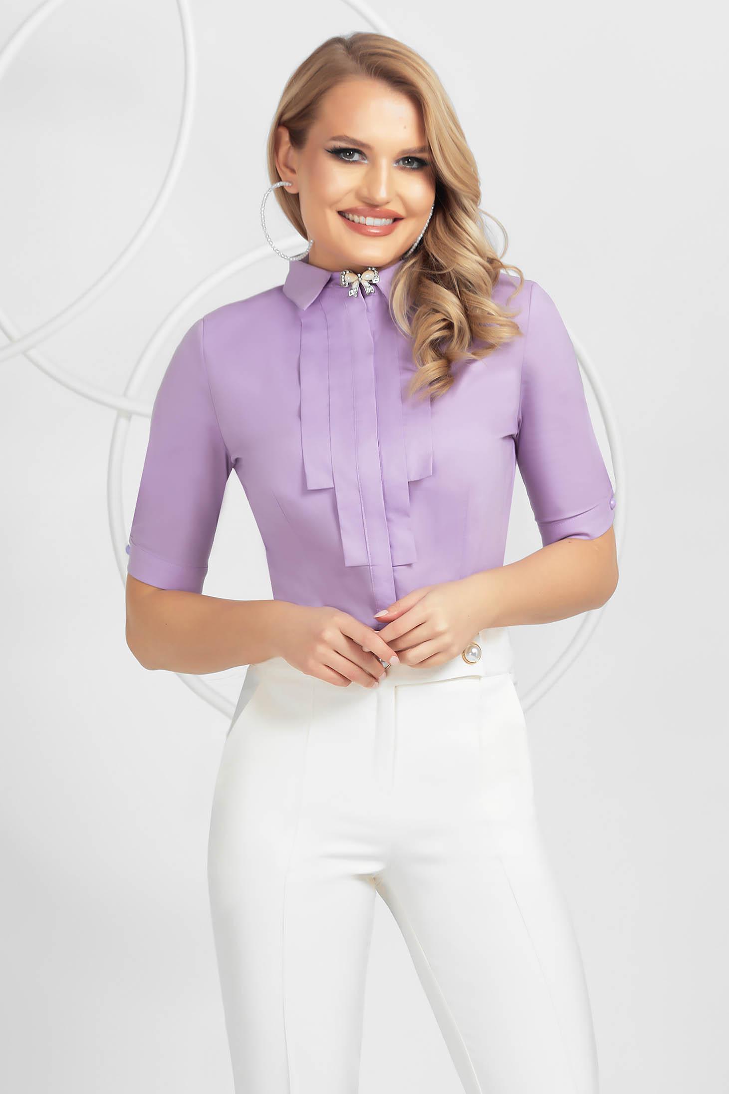 Lila elegáns szűkített női ing pamutból készült bross kiegészítővel