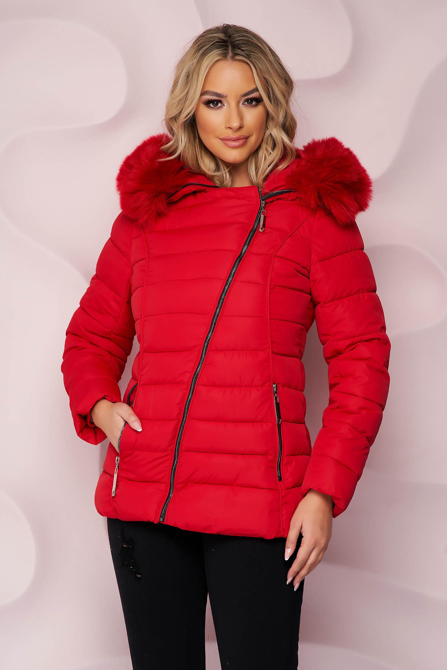 Piros karcsusított szabású vízlepergető dzseki rövid szőrme gallérral cipzáros zsebekkel