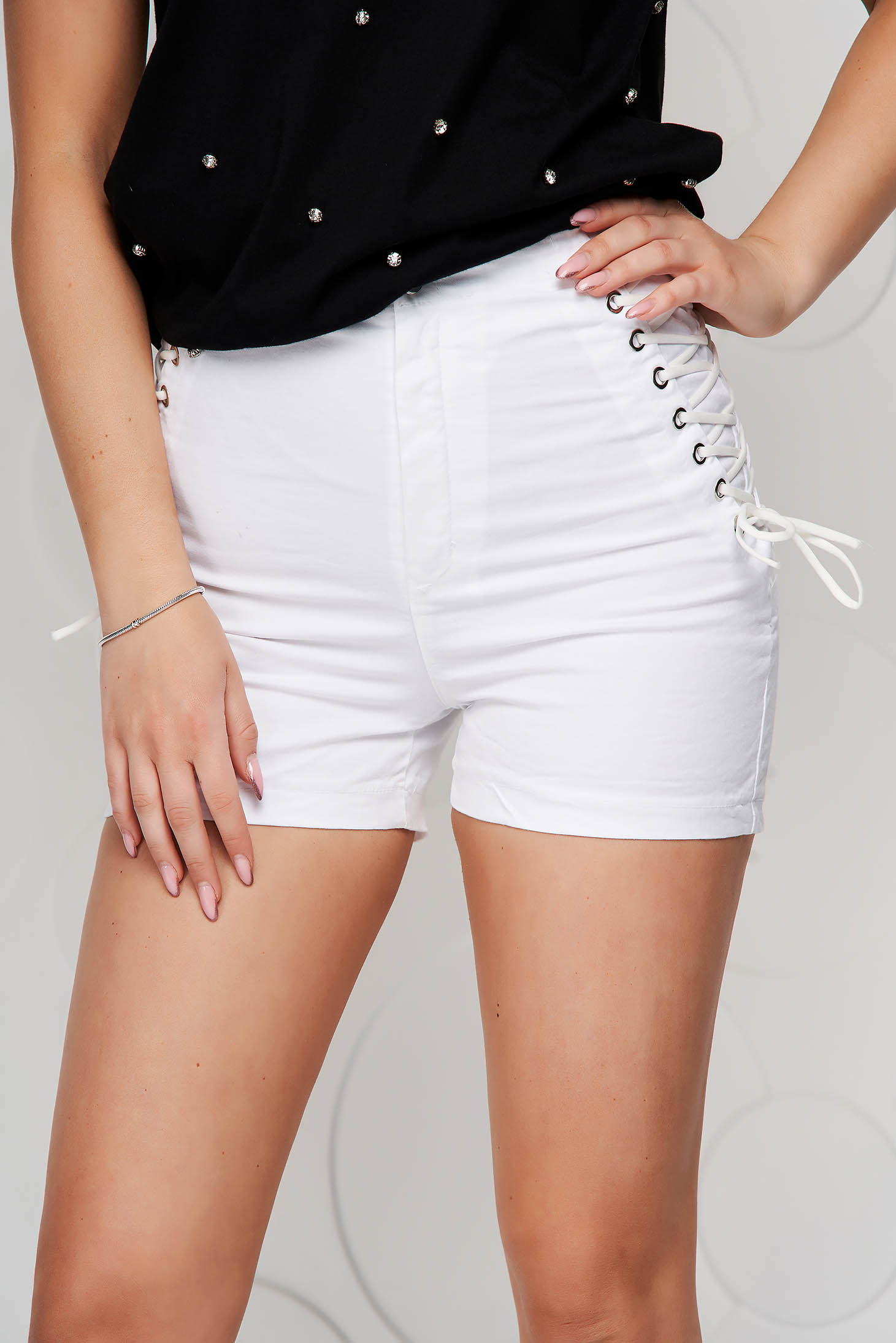 Ivory short high waisted tented with laced details from elastic fabric