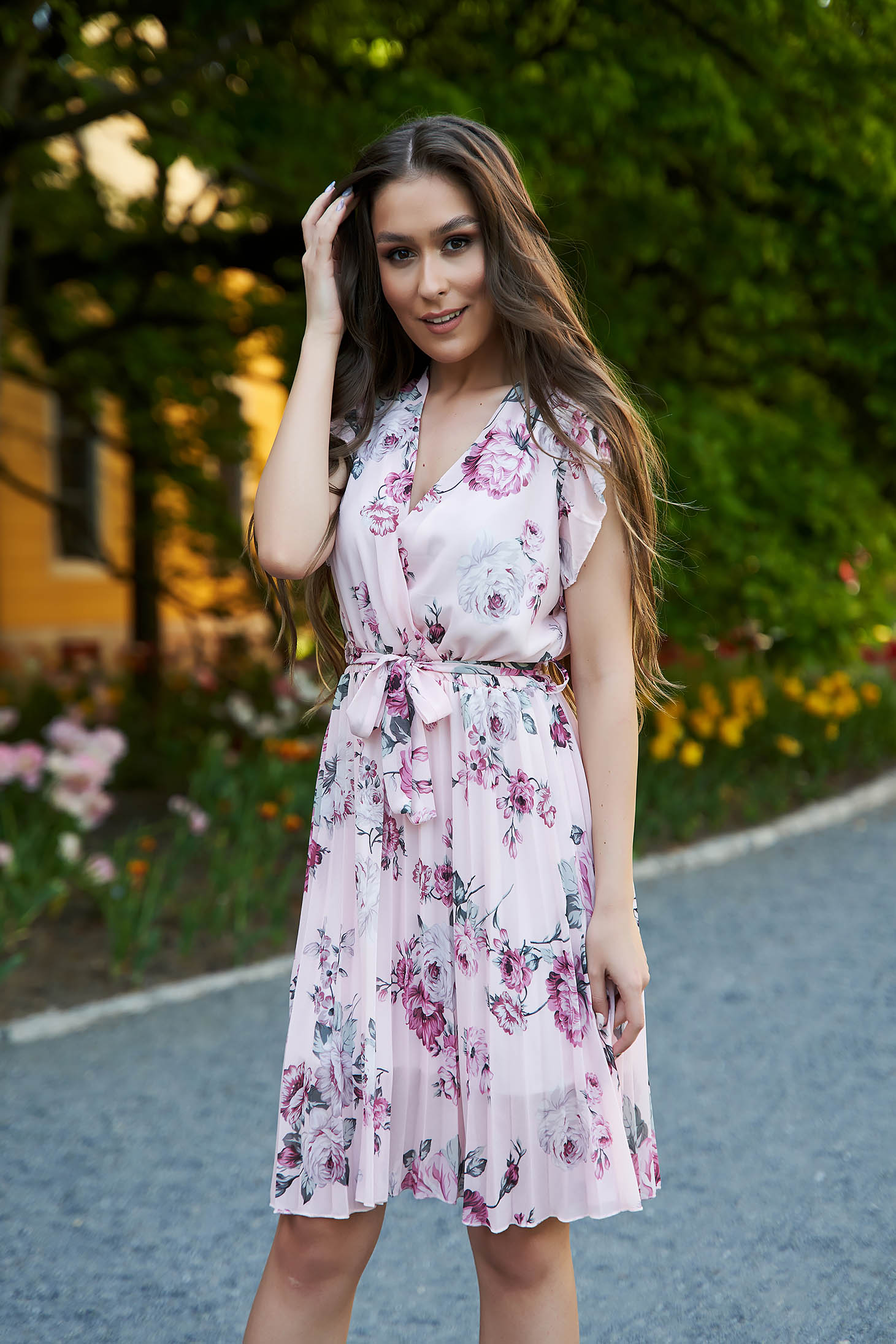 Dress with floral print cloche folded up with v-neckline