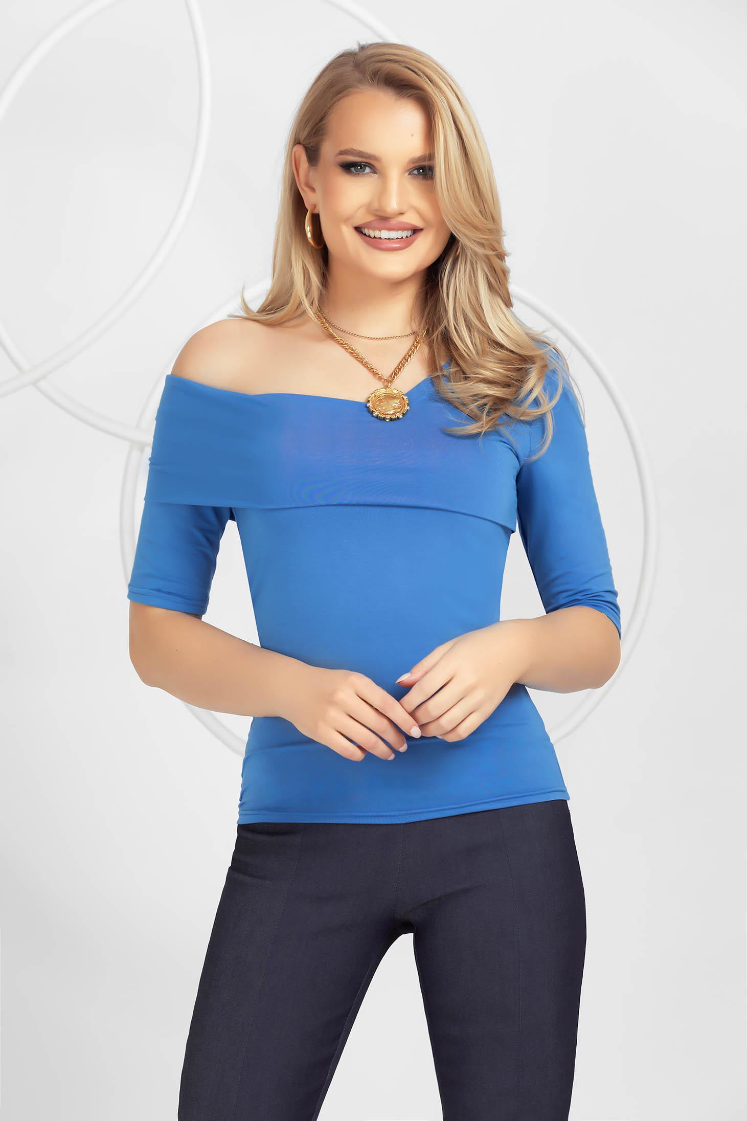 Kék szűk szabású női kötött, finom és rugalmas anyagból készült blúz szűk ujjakkal