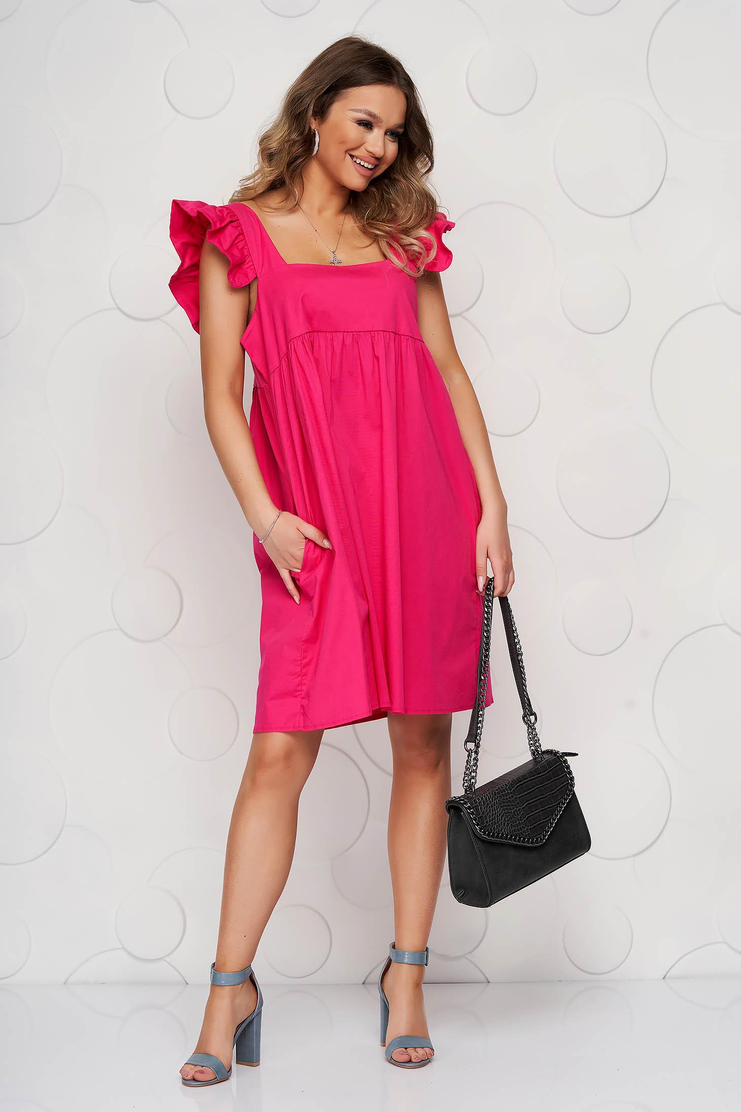 Rochie SunShine roz din poplin cu croi larg cu volanase cu decolteu adanc patrat