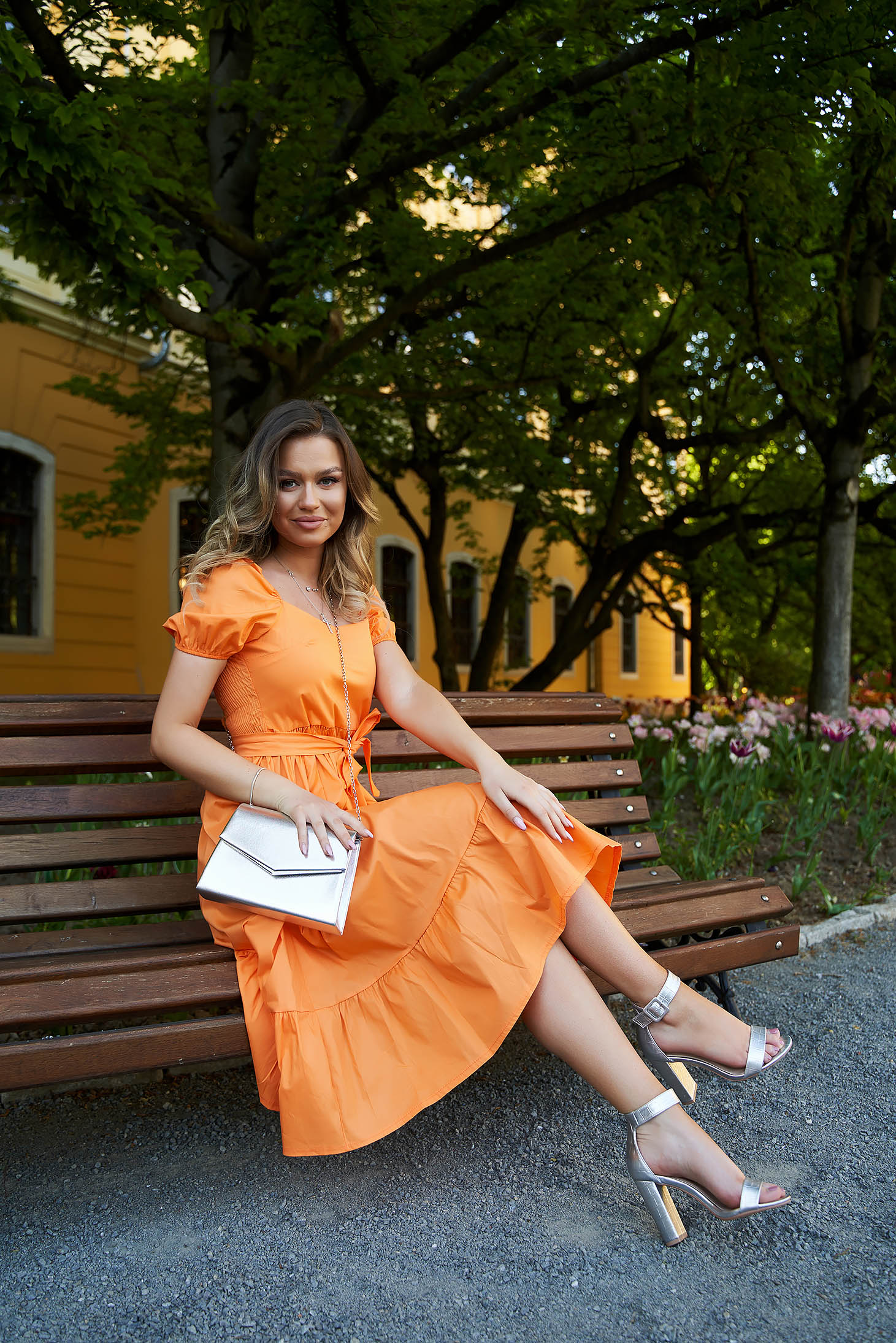 Narancssárga bő ujjú midi harang ruha övvel ellátva