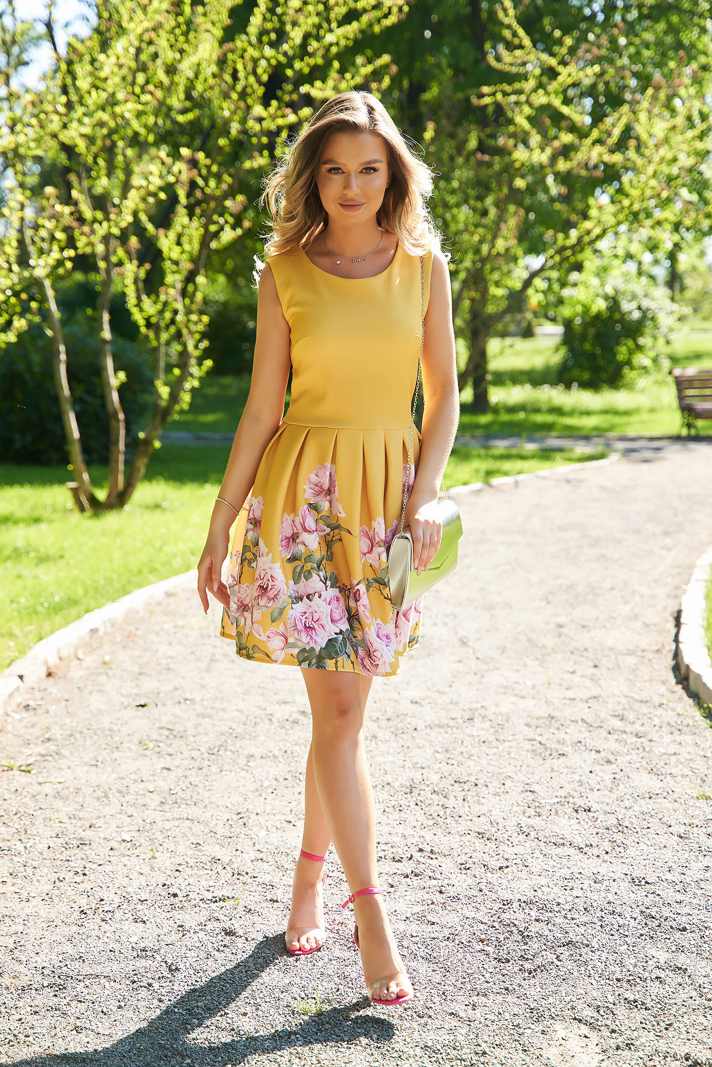 Rochie SunShine galbena cu imprimeu floral scurta in clos din material usor elastic