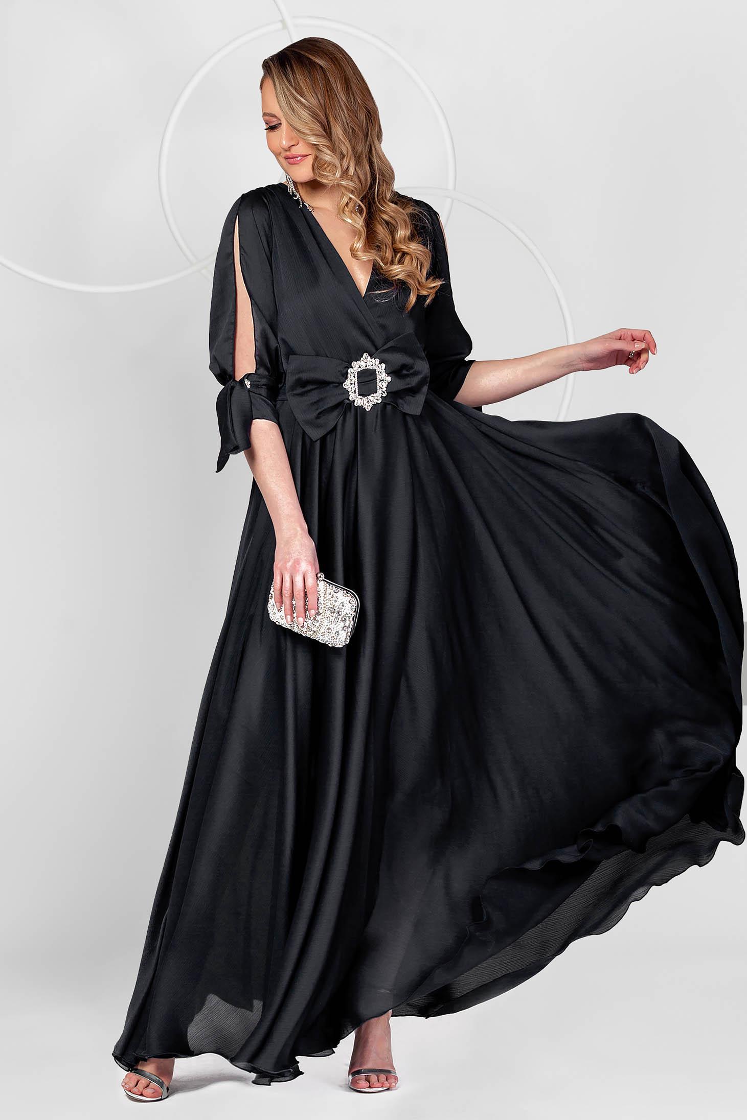 Hosszú fekete alkalmi muszlin ruha harang alakú gumirozott derékrésszel kivágott ujjakkal