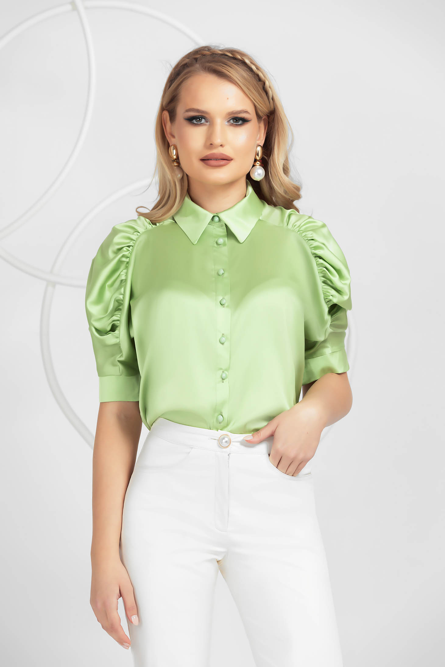 Camasa dama PrettyGirl verde-deschis eleganta din satin umeri cu volum si maneci fronsate