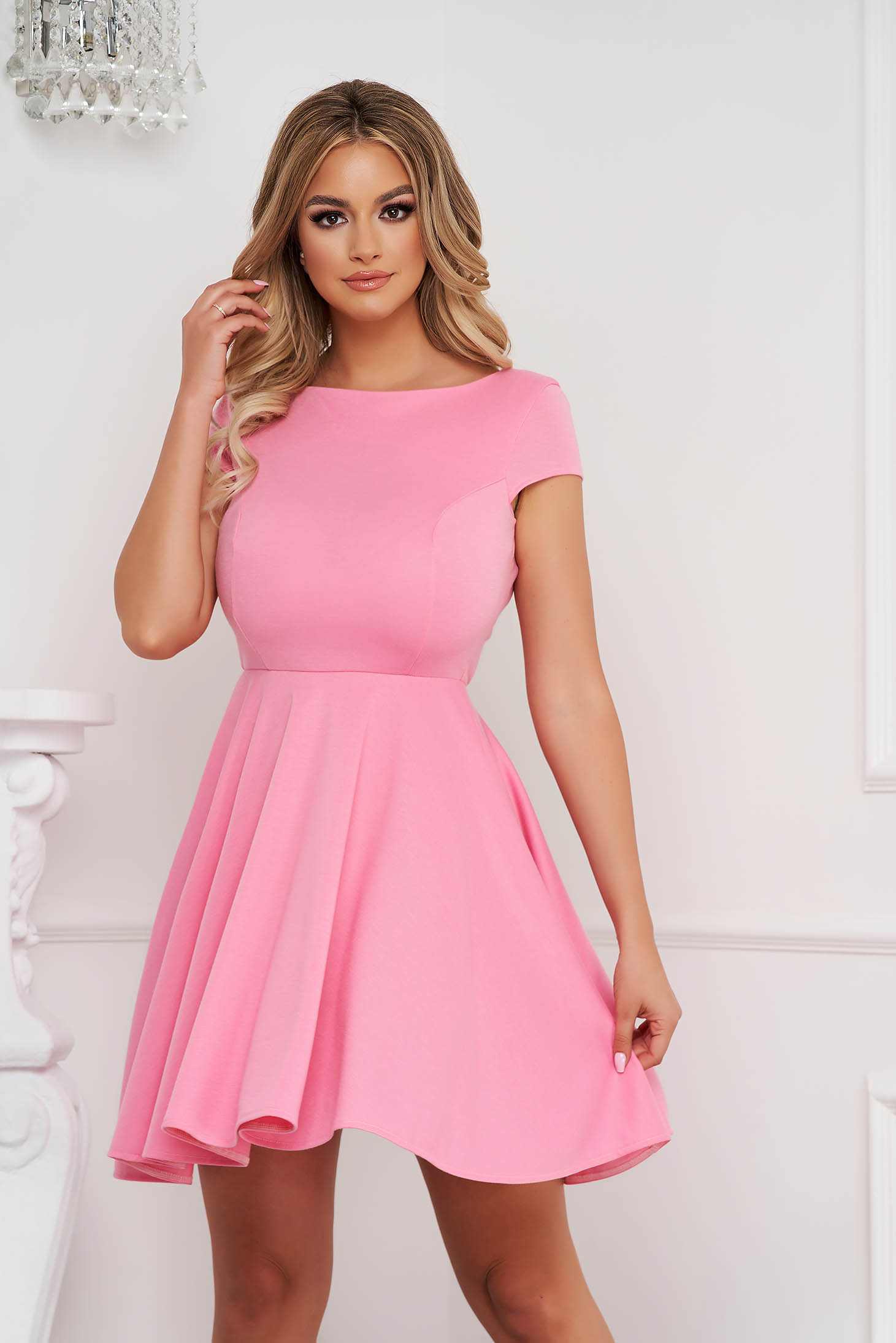 Rochie StarShinerS roz prafuit scurta in clos din material usor elastic cu spatele decupat in V