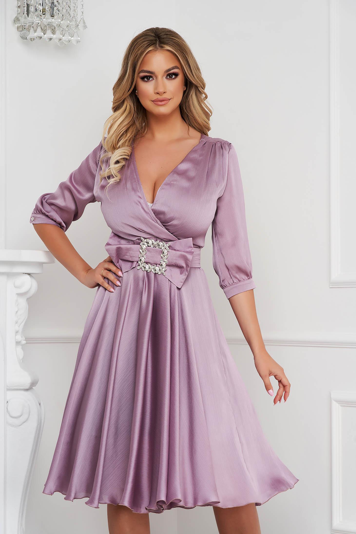 Világos lila elegáns midi harang ruha szaténból, csatokkal ellátva
