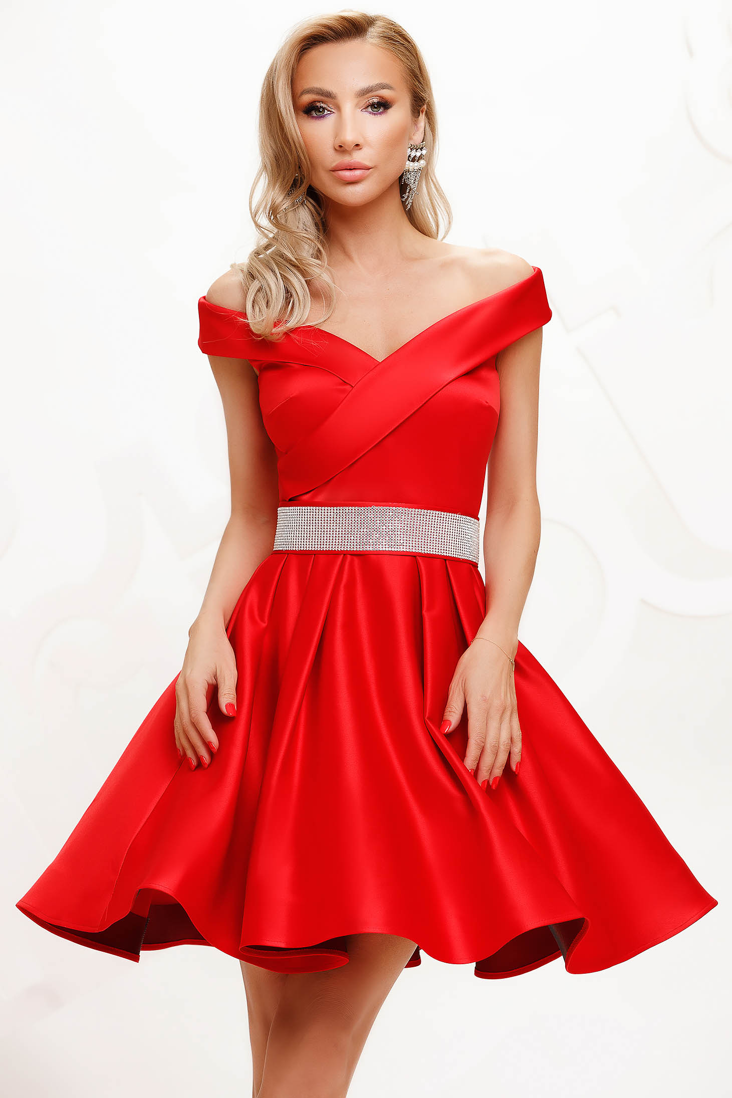 Red dress from satin cloche occasional accessorized with a waistband on the shoulders