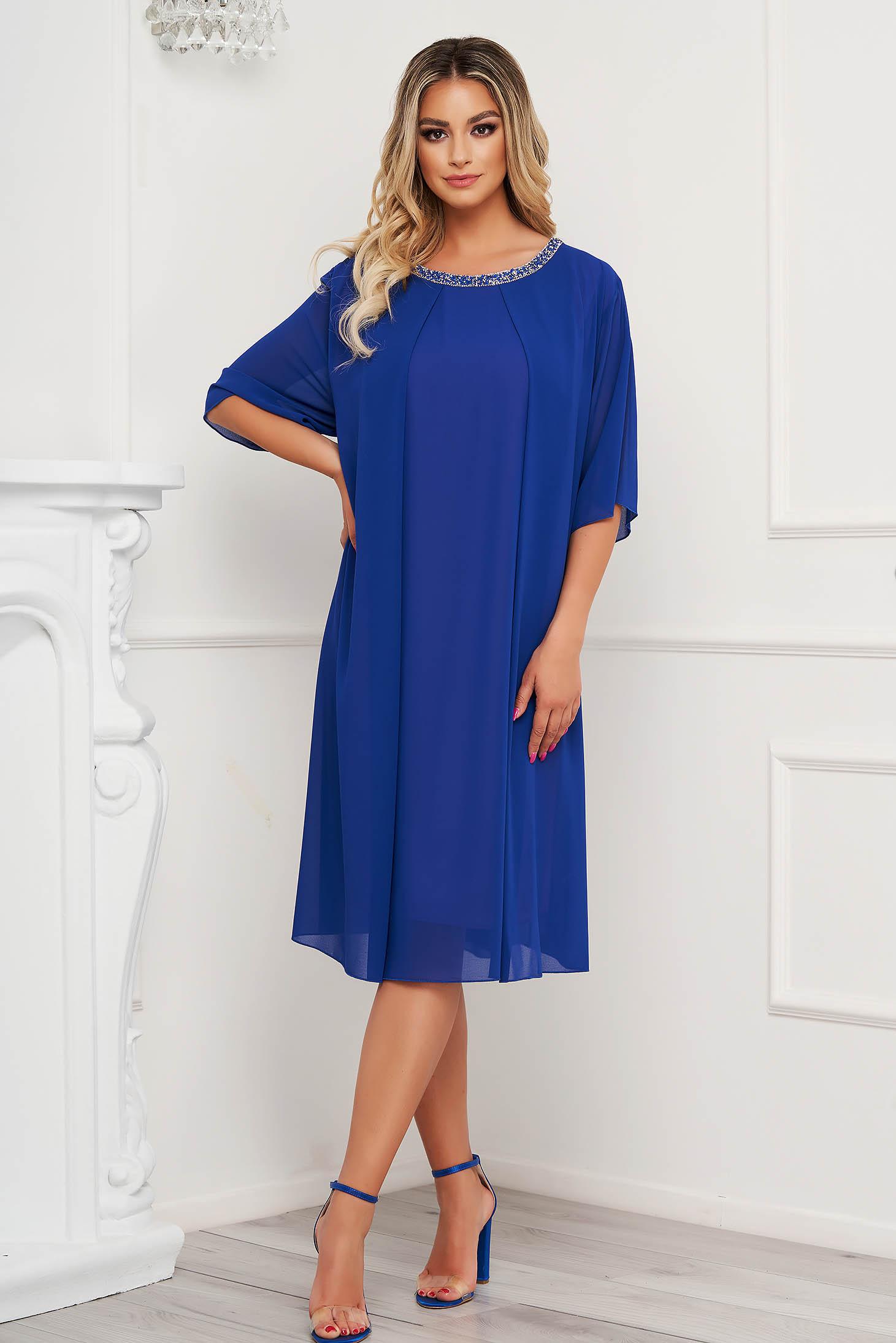 Rochie albastra midi cu croi larg din voal cu aplicatii cu pietre strass la decolteu