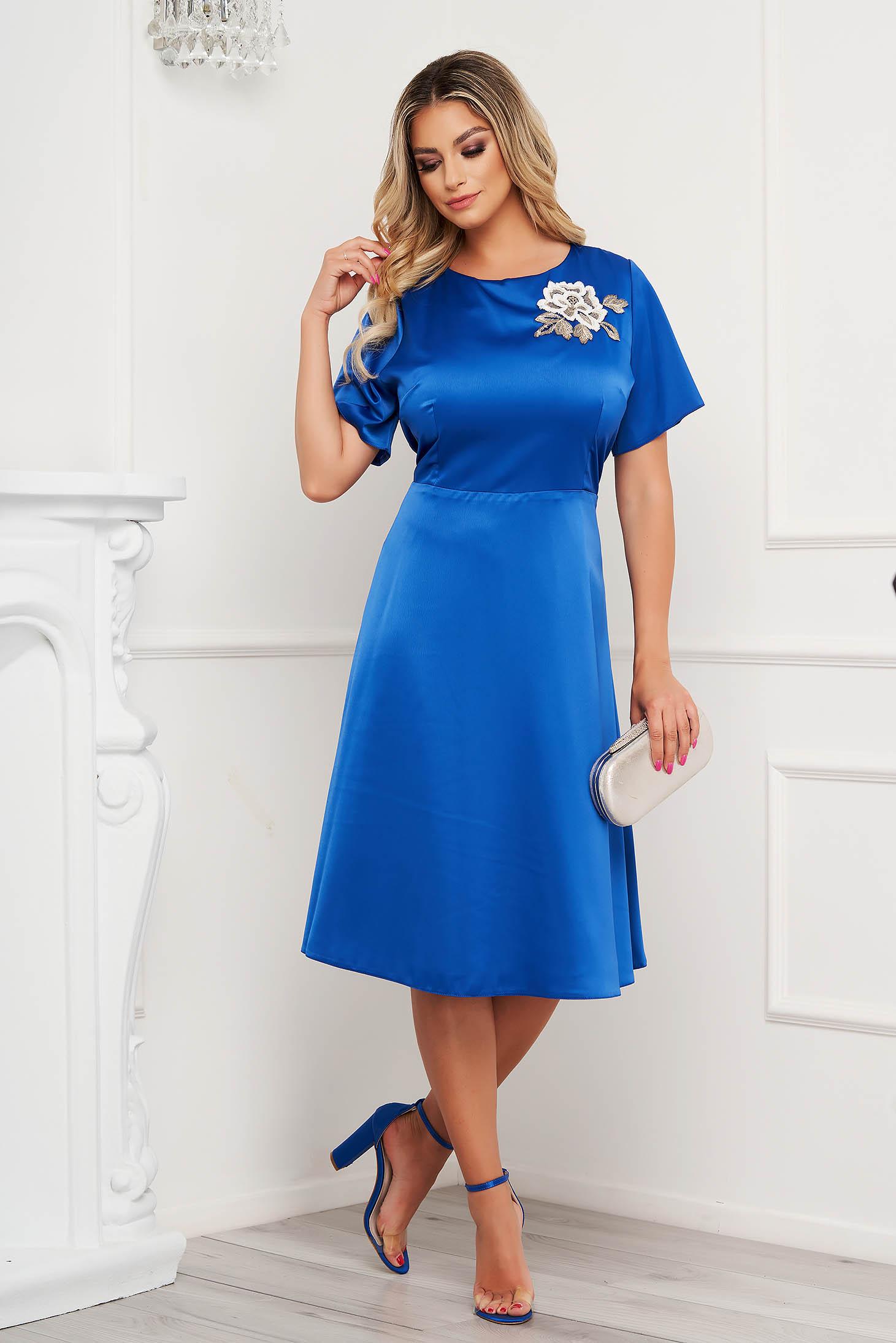Rochie Lady Pandora albastra eleganta din material satinat cu croi in a si broderie florala