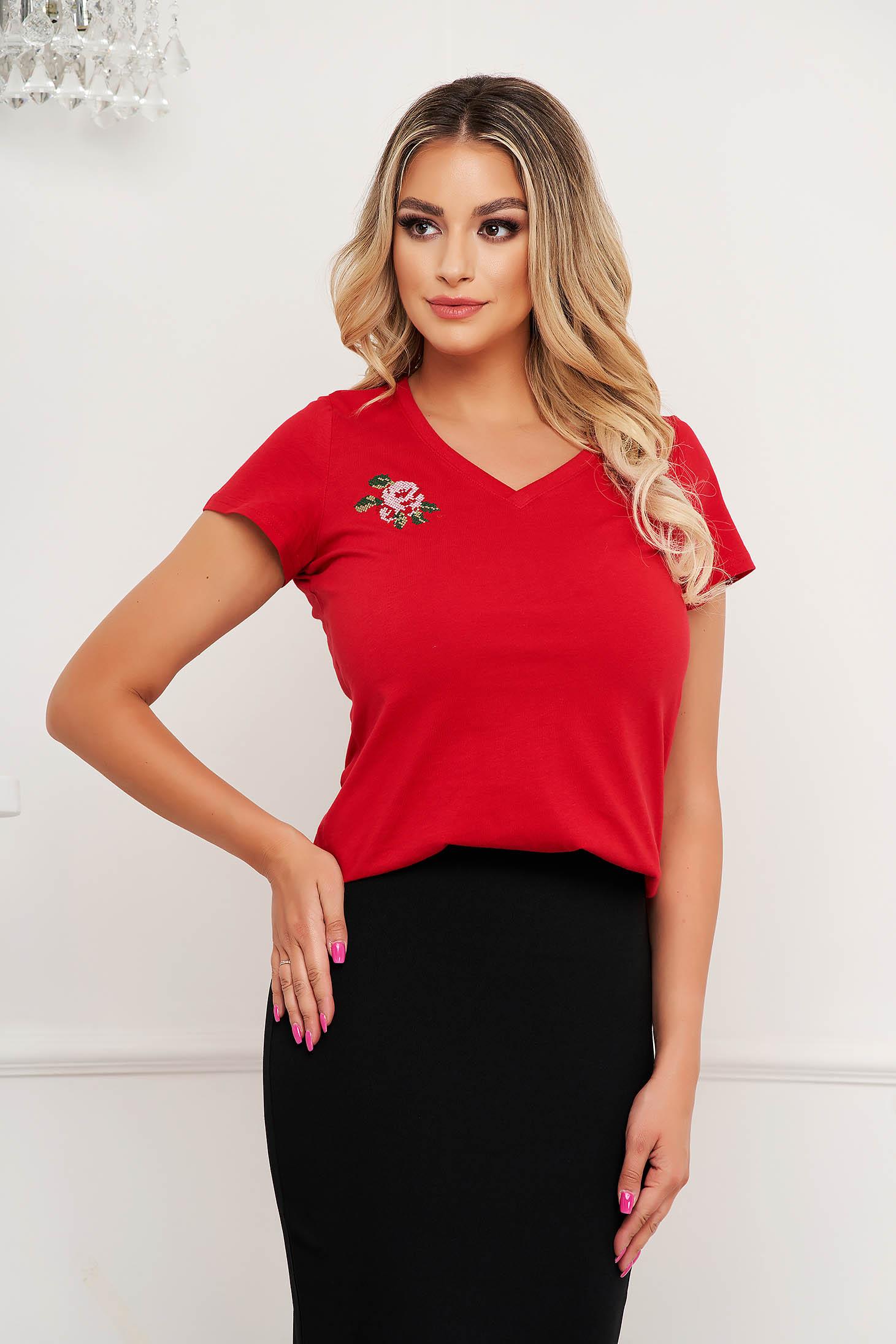 Piros virágos hímzés StarShinerS szűk szabású póló v-dekoltázzsal enyhén elasztikus pamut