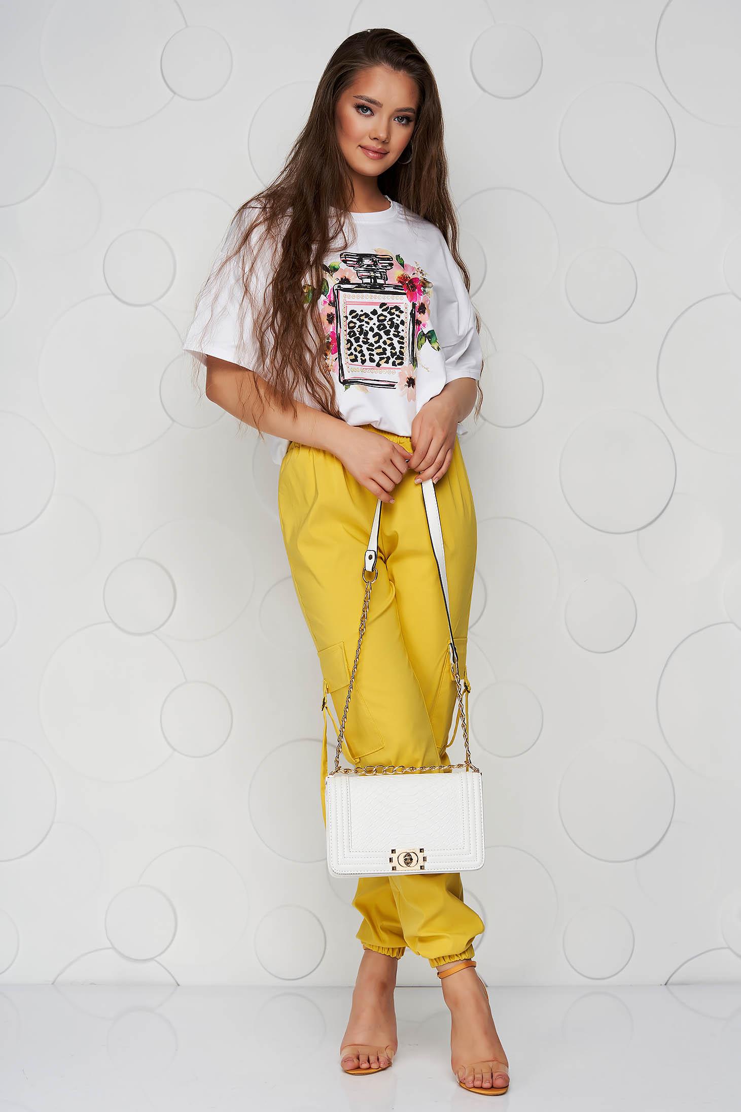 Pantaloni galbeni din material subtire conici cu talie inalta si buzunare