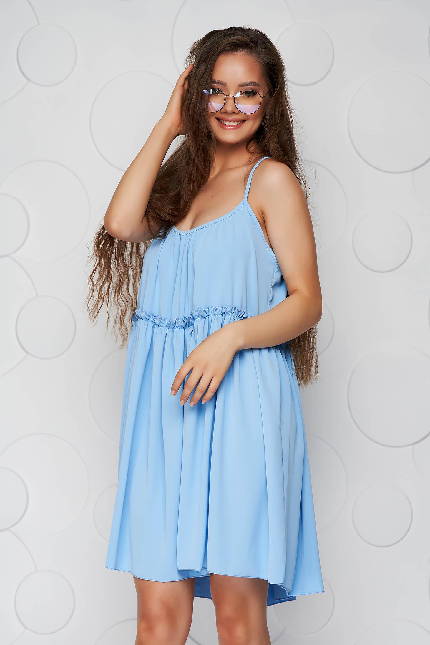 Rochie albastru-deschis din material vaporos si subtire cu croi larg cu bretele si decolteu rotunjit