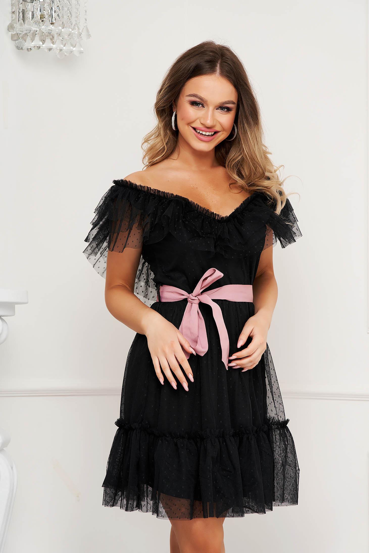 Rochie neagra de party din tul clos cu elastic in talie pe umeri cu aplicatii din plumeti