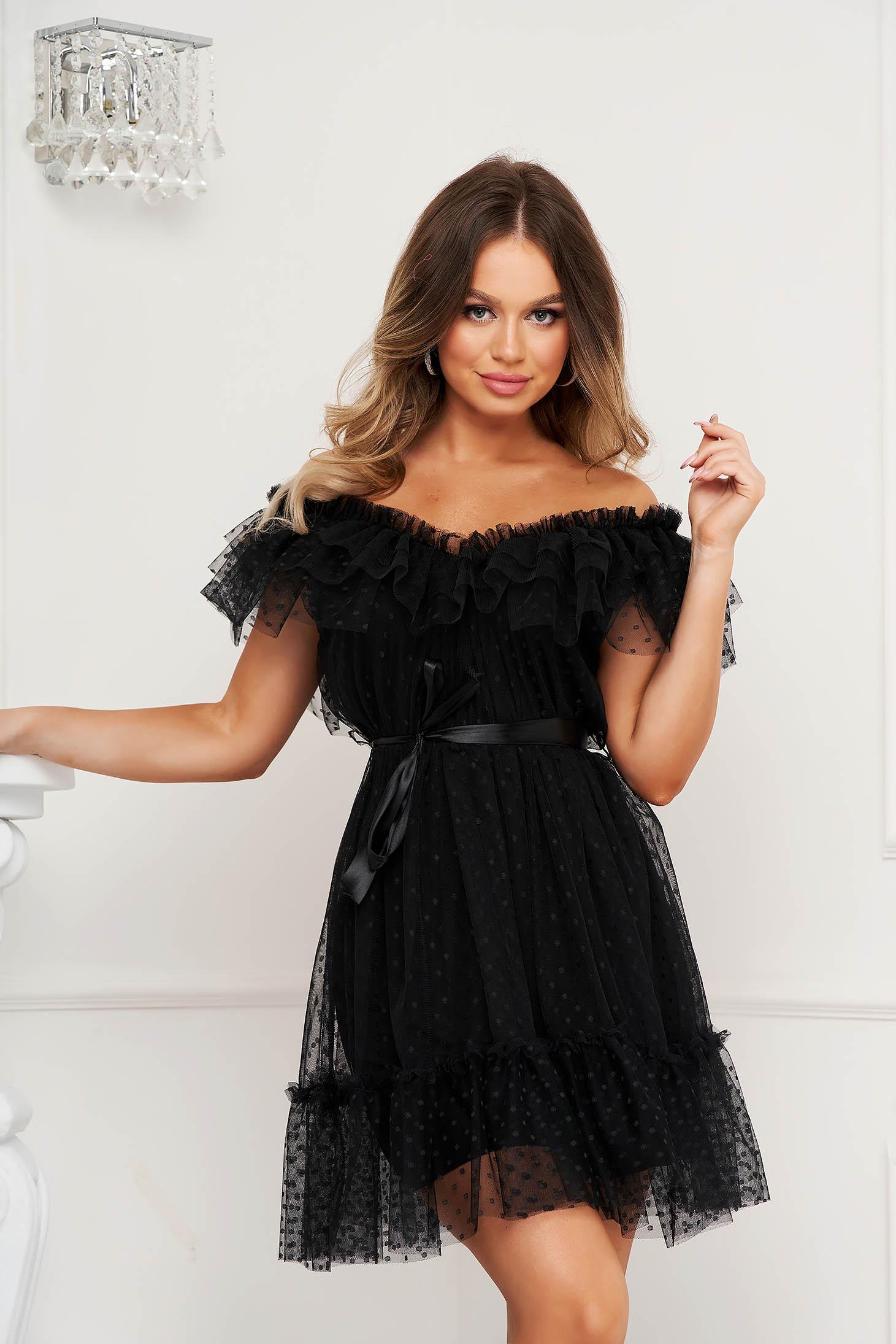 Rochie neagra de ocazie din tul in clos cu aplicatii din plumeti pe umeri accesorizata cu cordon