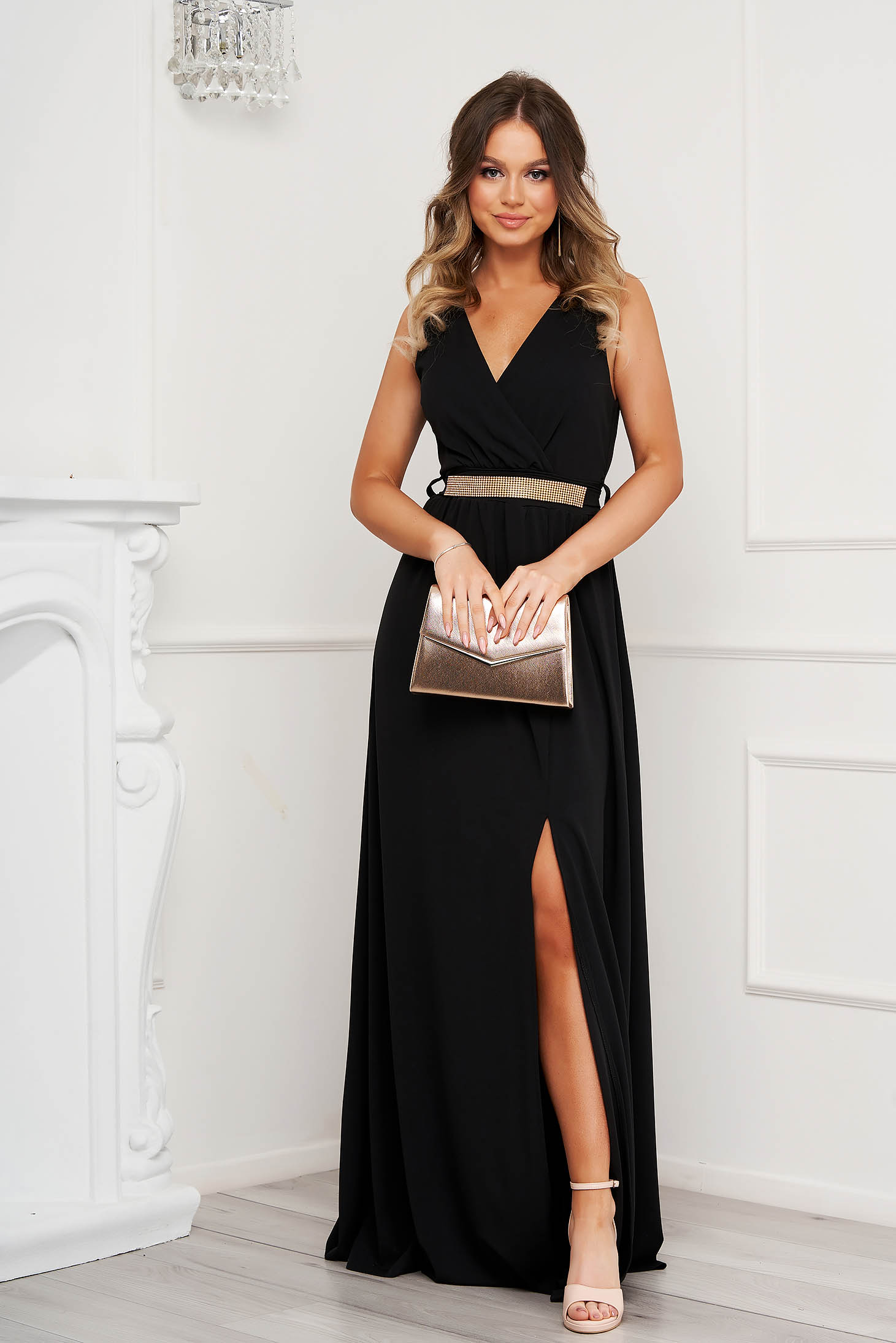 Rochie neagra de ocazie in clos crapata pe picior din material elastic cu decolteu in v accesorizata cu pietre stras
