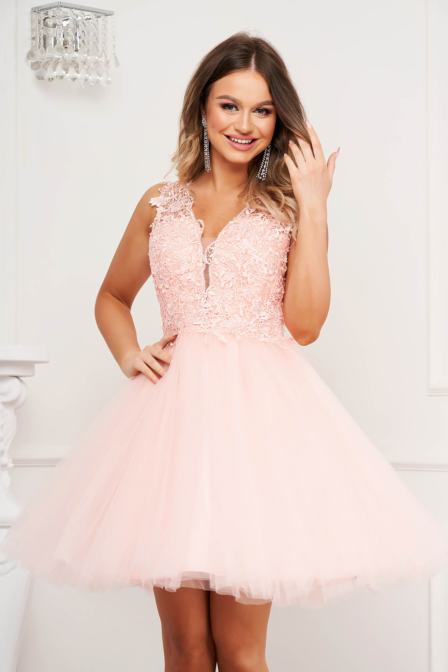 Pink dress occasional cloche with v-neckline from tulle laced bare back