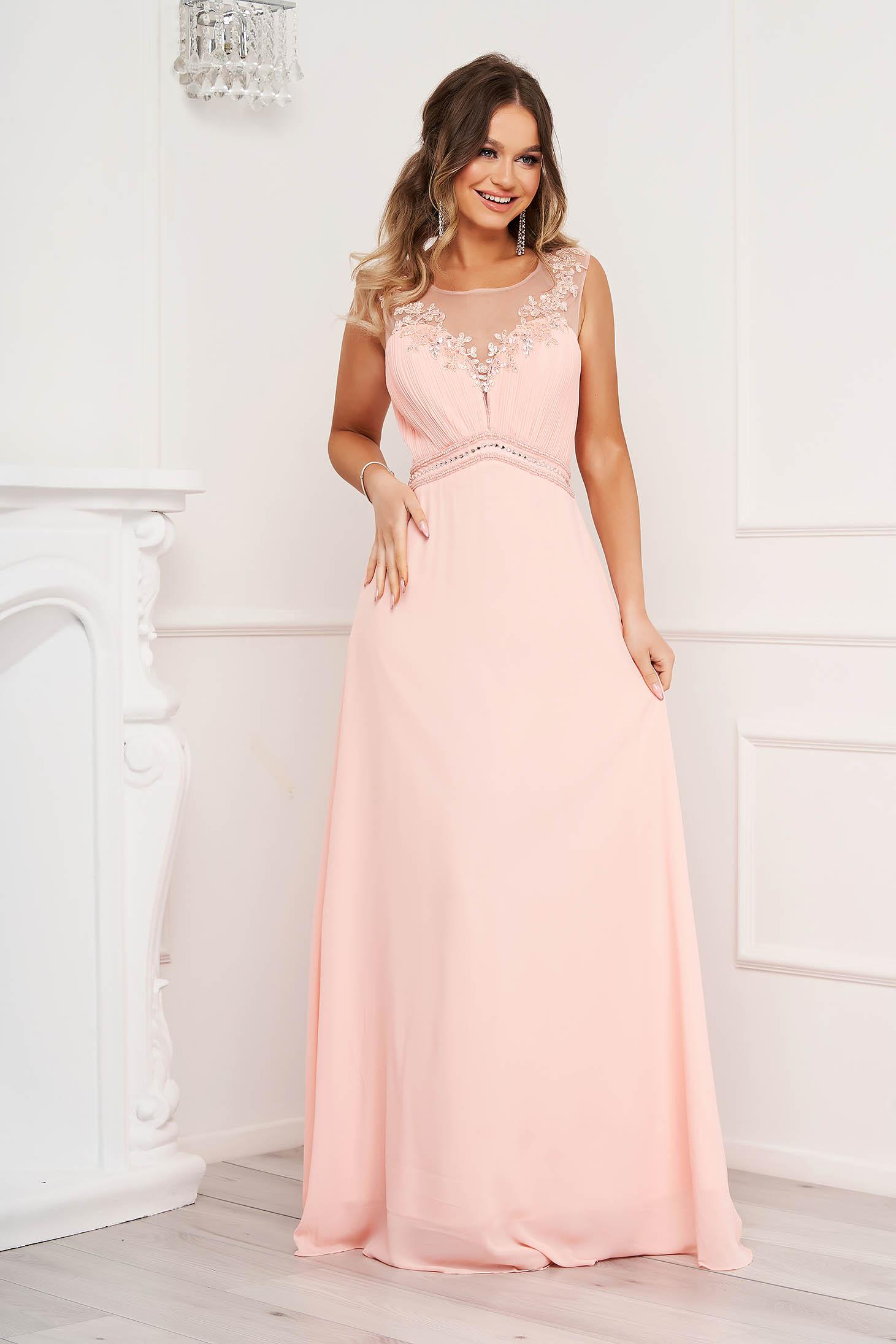 Rochie roz lunga de ocazie in clos fara maneci cu broderie florala si pietre strass