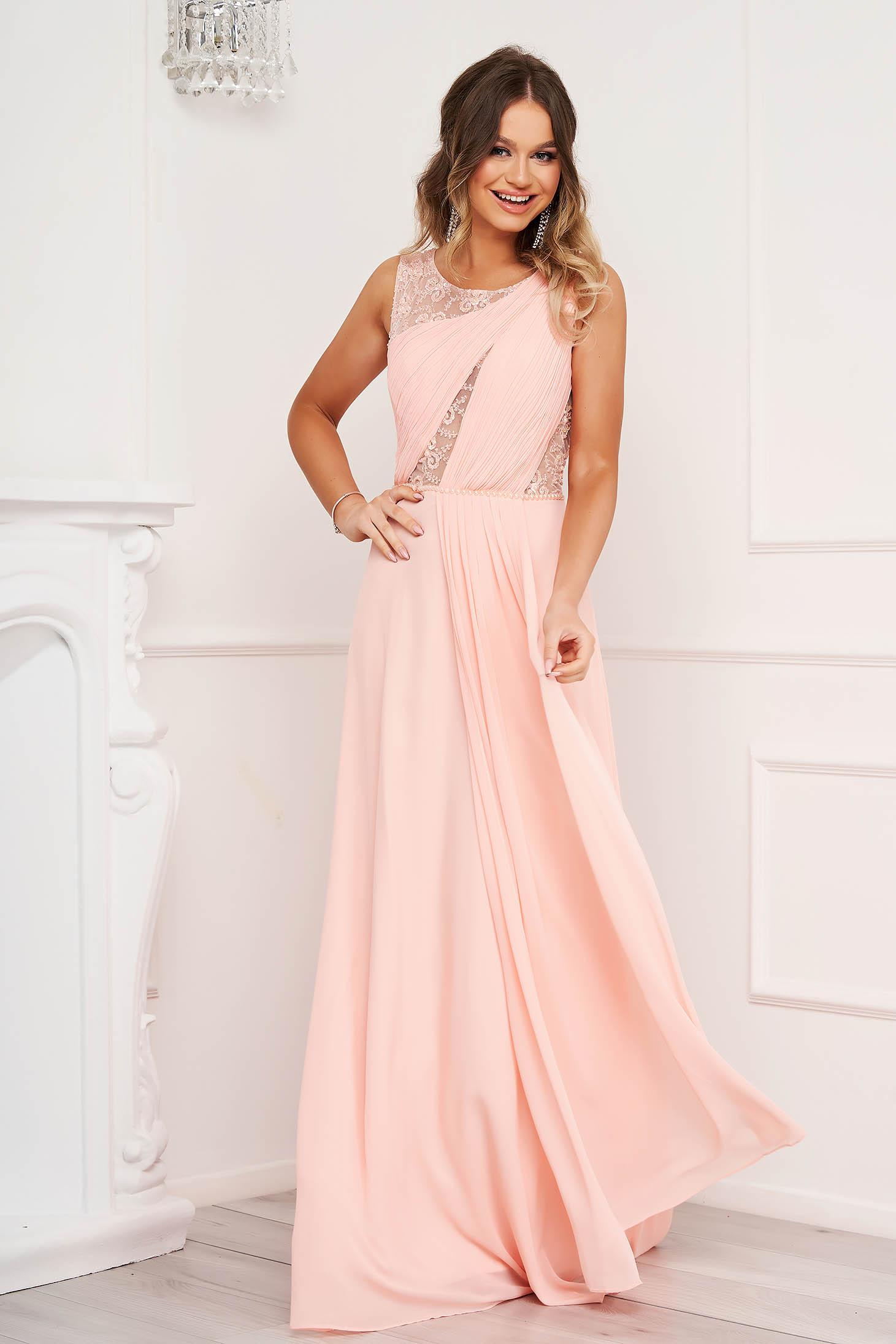 Rochie roz de ocazie din voal in clos cu aplicatii cu margele si broderie florala