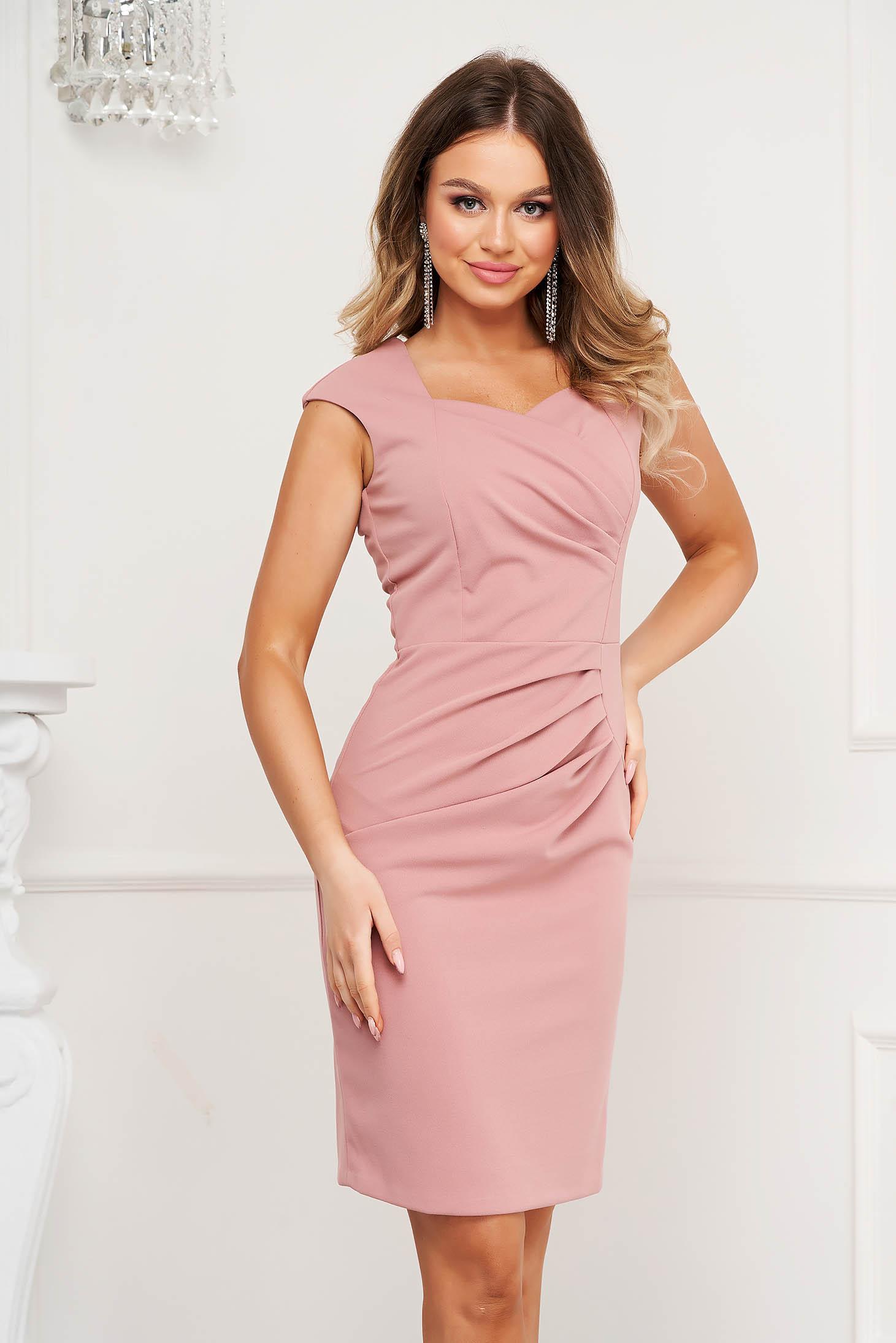 Rochie roz de ocazie scurta tip creion din material usor incretit in talie