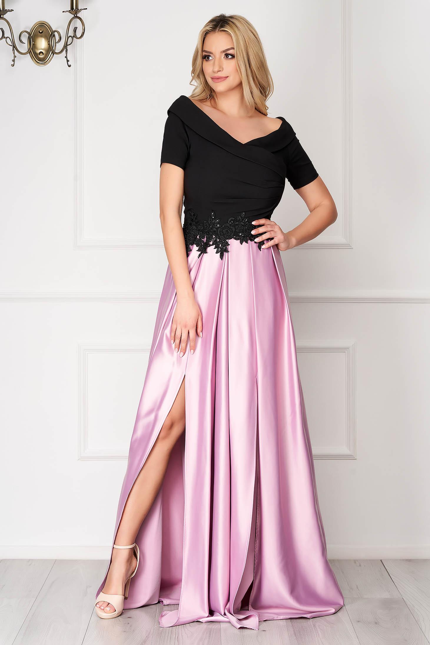 Világos rózsaszínű ejtett vállú lábon sliccelt alkalmi harang ruha szaténból strasszos kiegészítővel ellátott