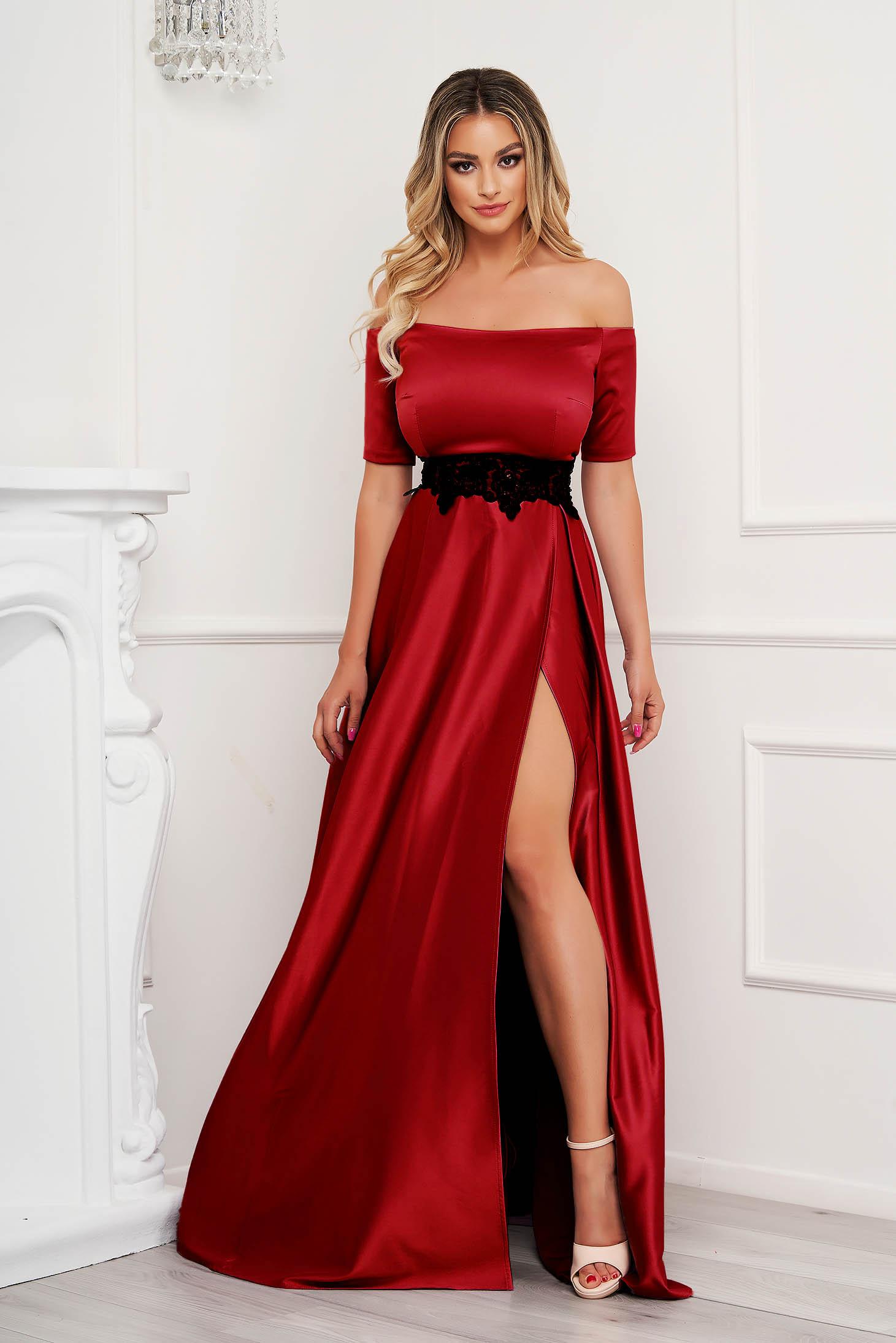 Piros ejtett vállú lábon sliccelt alkalmi harang ruha szaténból hímzett betétekkel