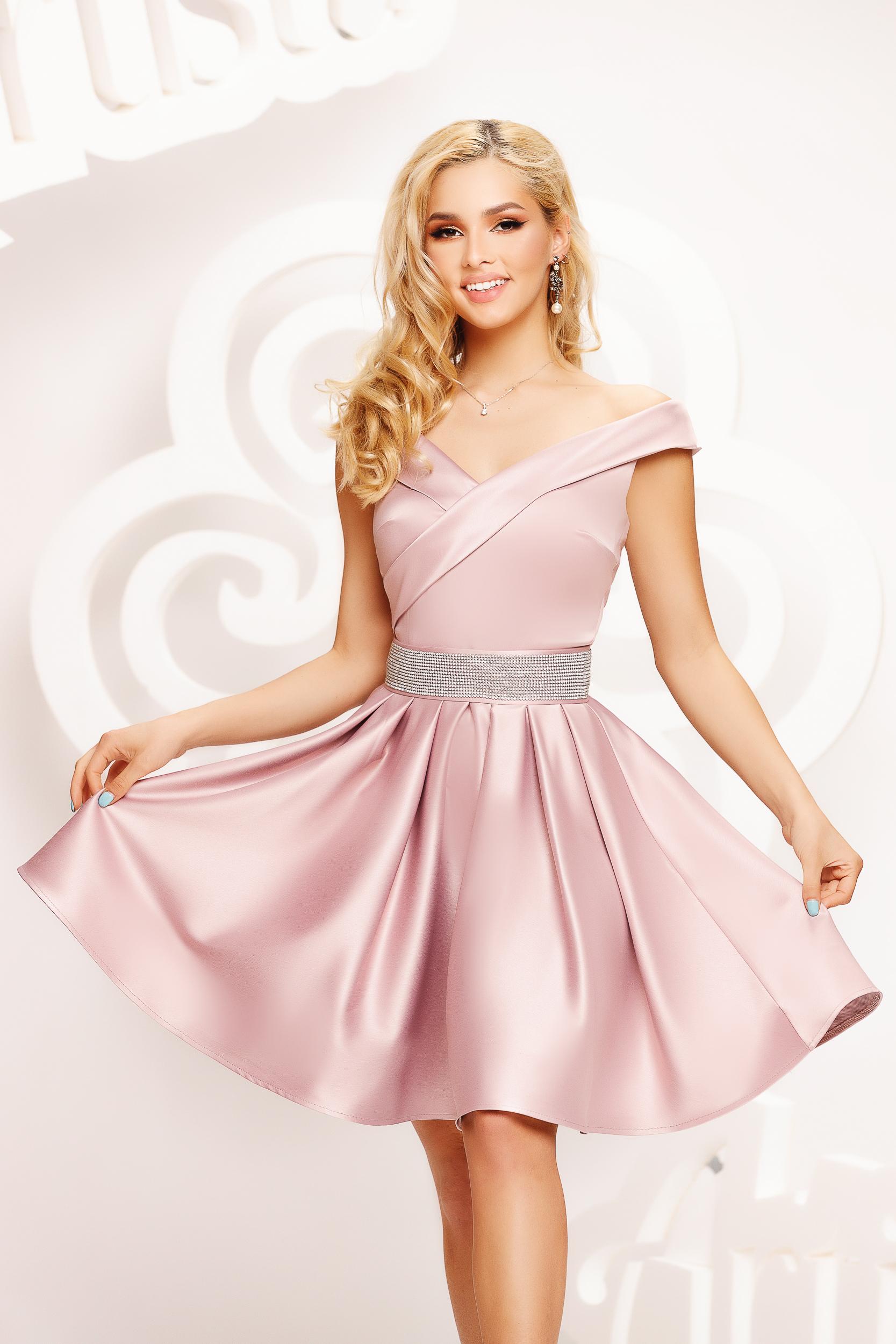 Ejtett vállú rövid pink alkalmi harang ruha szaténból