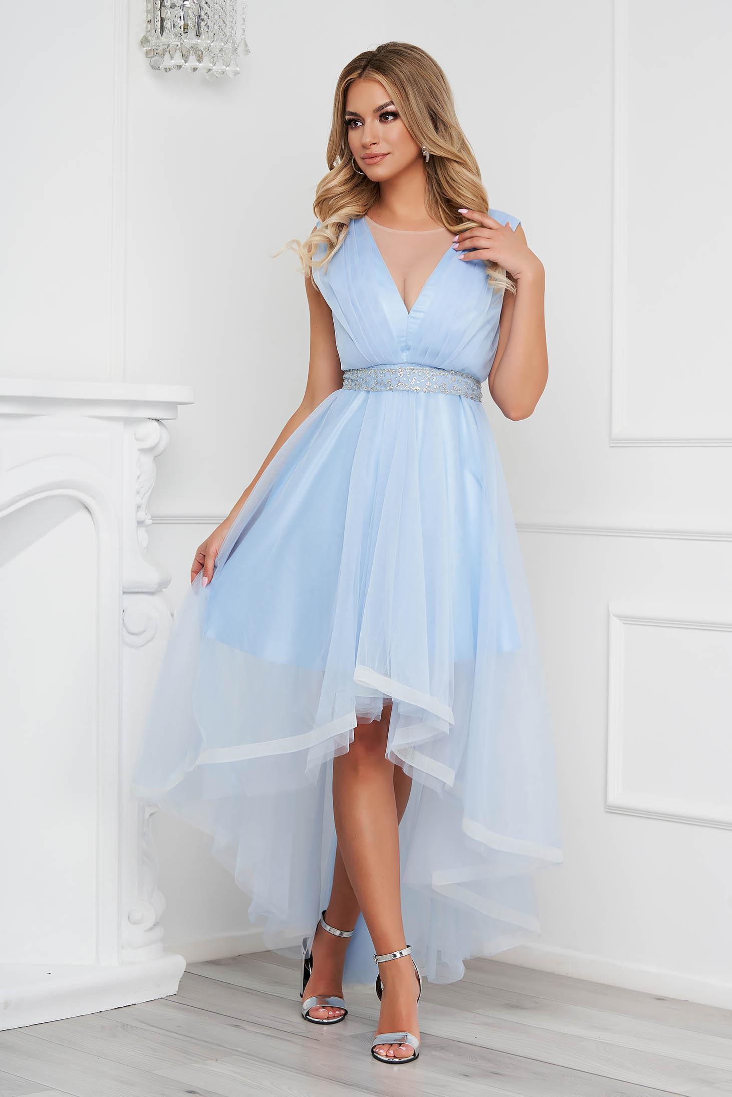 Rochie albastru-deschis asimetrica de ocazie in clos din tul cu rijelina si cordon detasabil