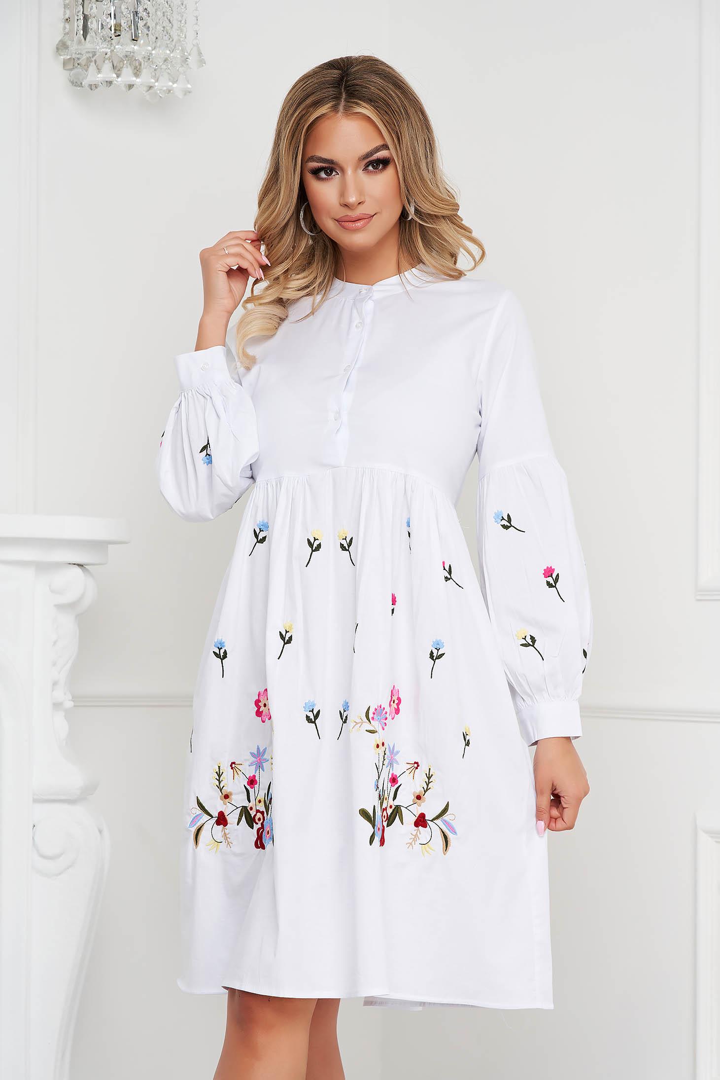 Pamutból készült bő ujjú midi fehér ruha virágos hímzéssel