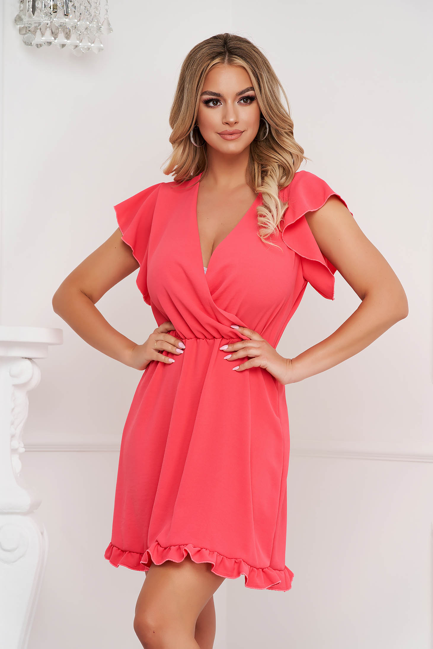 Fodros gyűrött anyag rövid pink ruha harang alakú gumirozott derékrésszel