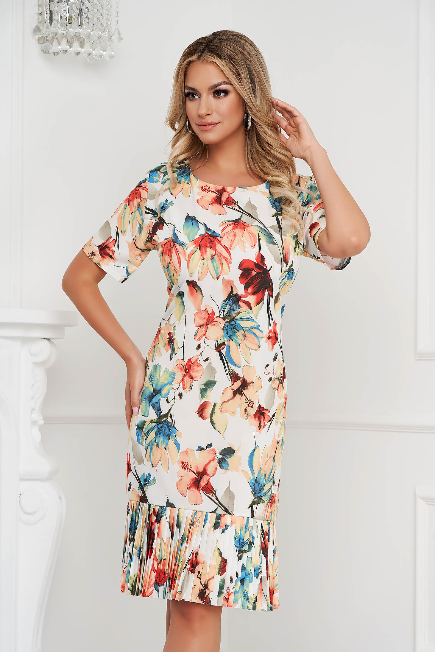 Rochie cu imprimeu floral cu un croi drept cu pliuri de material