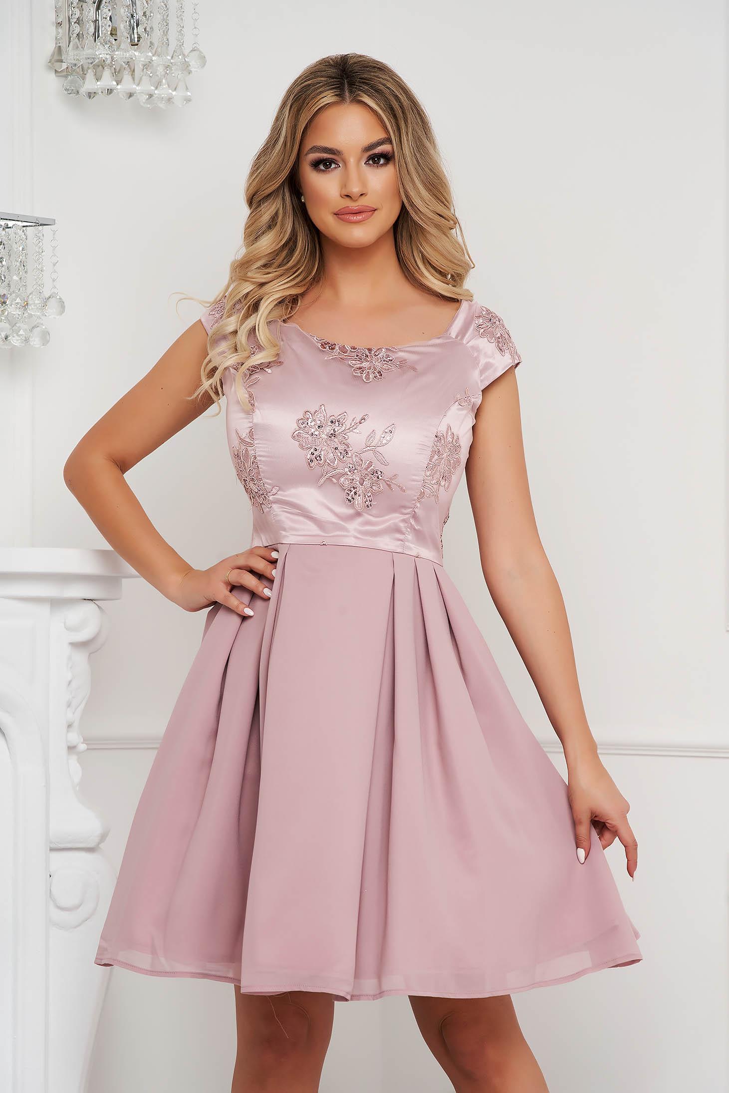 Rochie Lady Pandora roz prafuit scurta de ocazie in clos din material satinat cu aplicatii de dantela