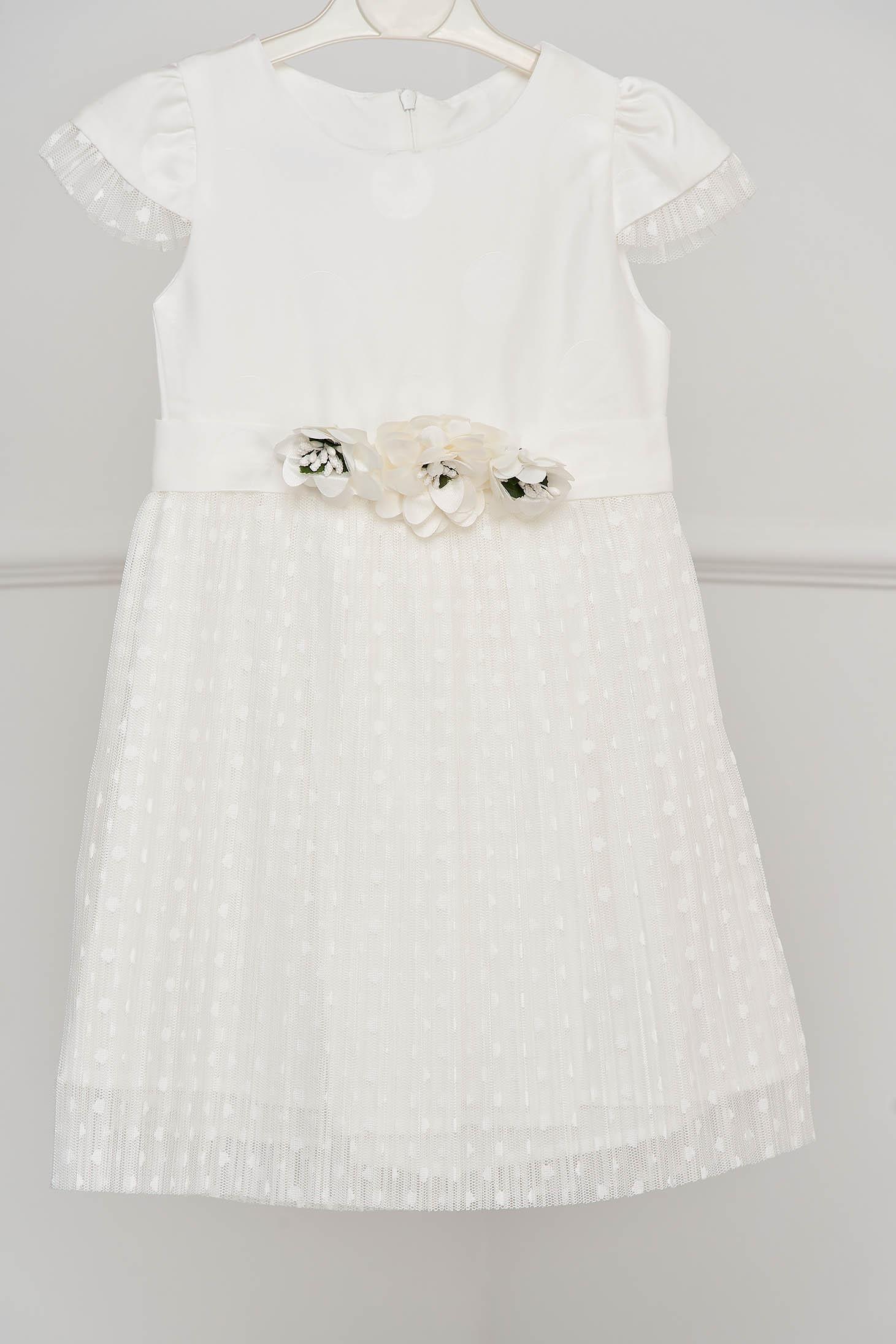 Rochie pentru fetite alba de ocazie in clos din dantela plisata accesorizata cu brose si fundita