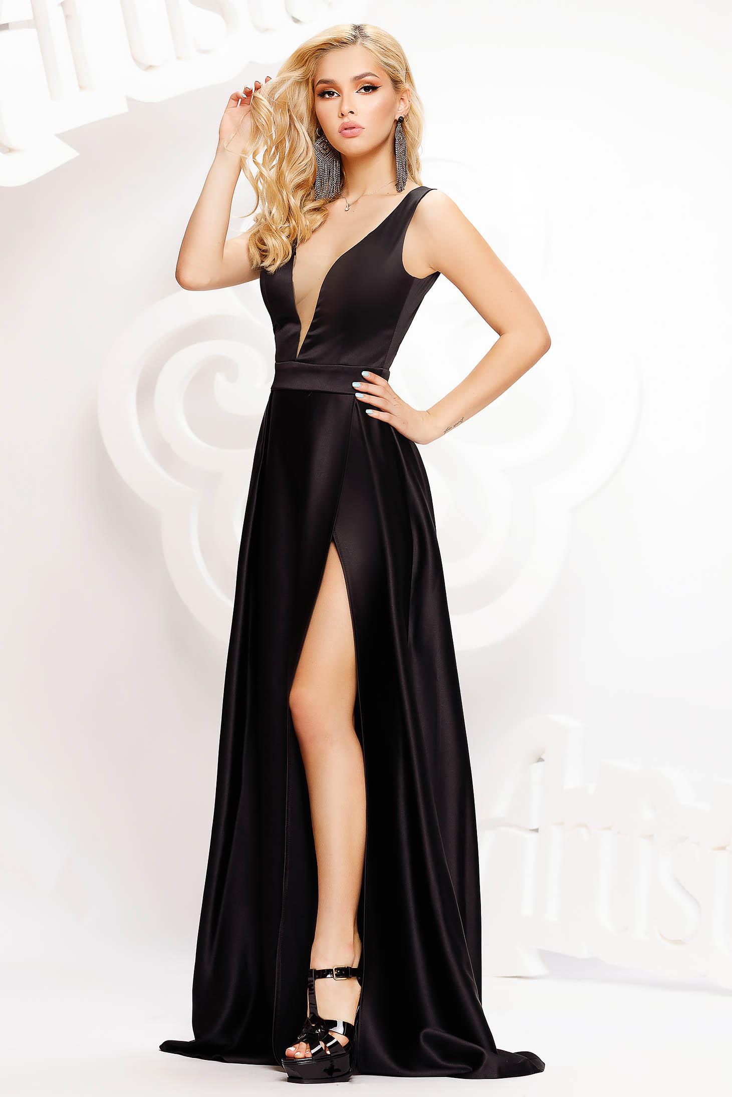 Fekete alkalmi hosszú harang ruha szaténból mély dekoltázzsal
