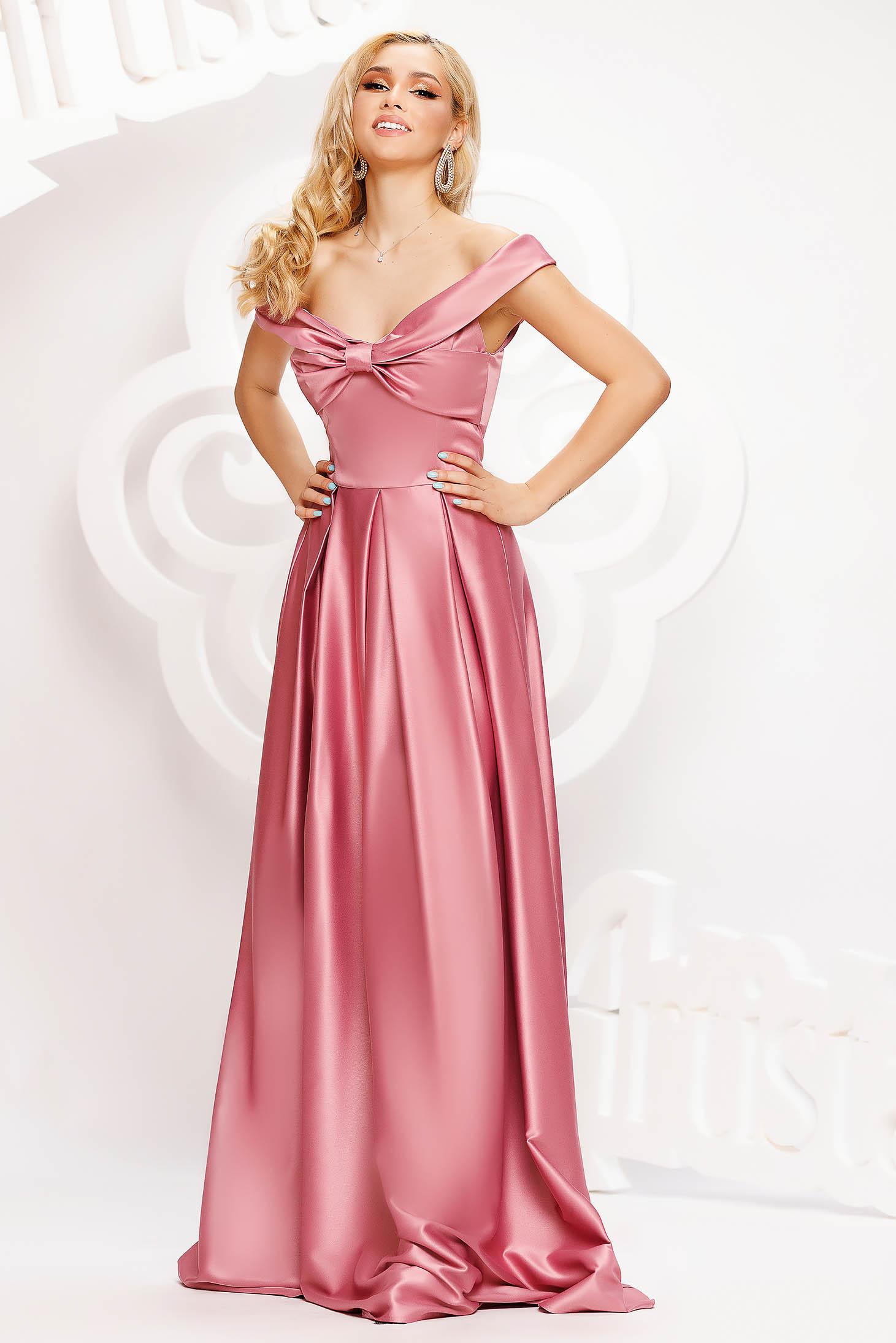 Világos rózsaszínű hosszú harang ruha szaténból masni alakú kiegészítővel