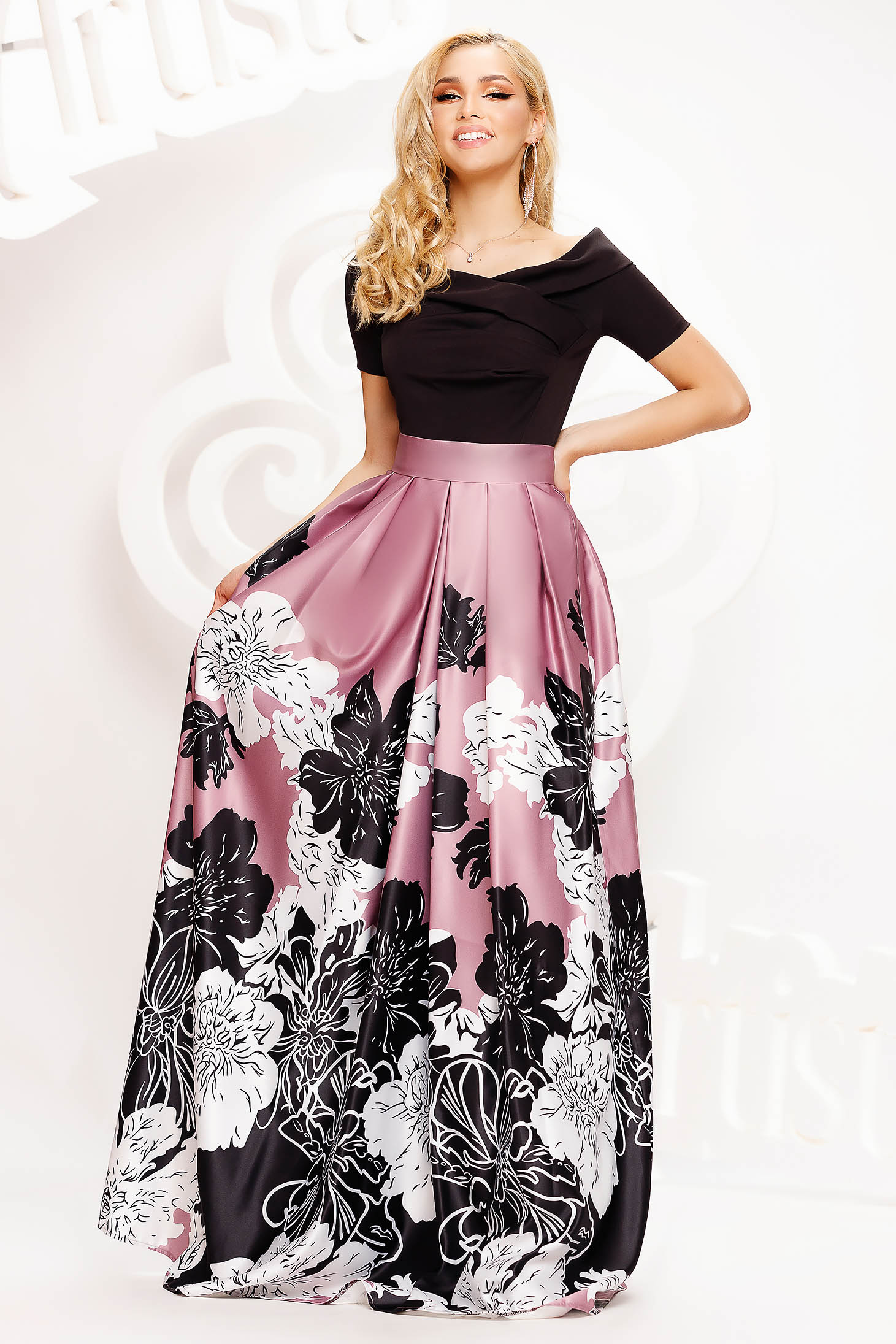 Dress long cloche on the shoulders from satin short sleeves