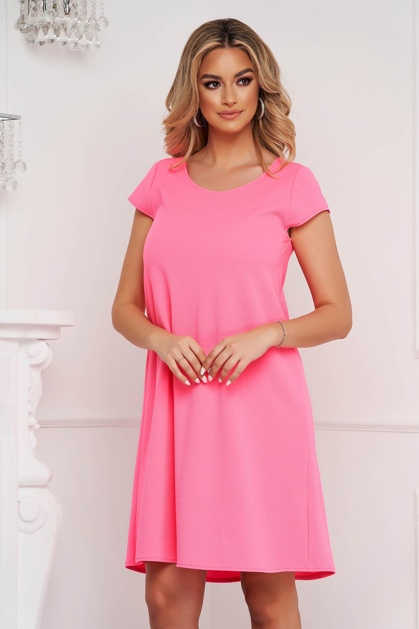 Rochie StarShinerS roz scurta din material creponat cu croi larg si spatele decupat