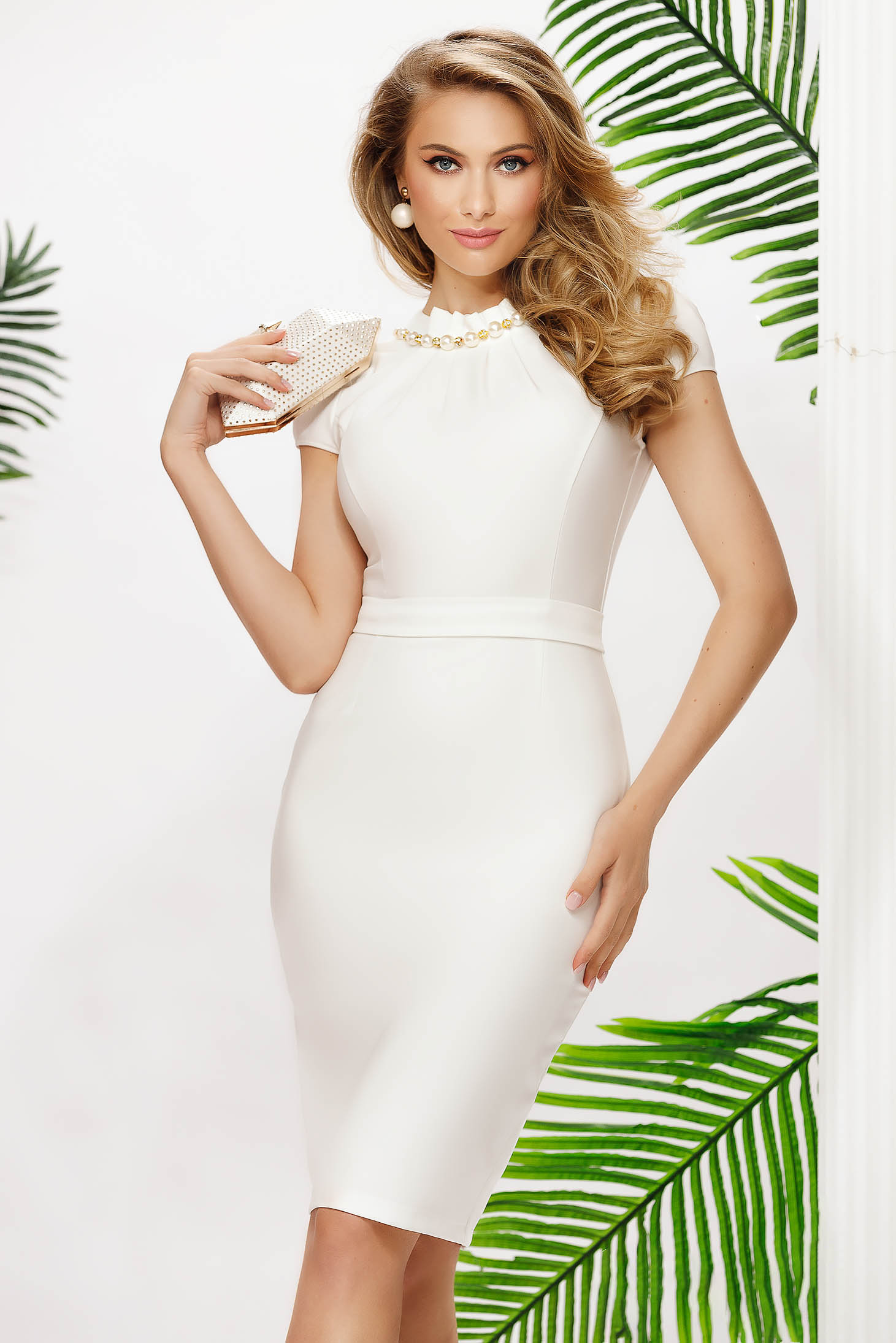 Ivory dress midi pencil accessorized with chain with pearls