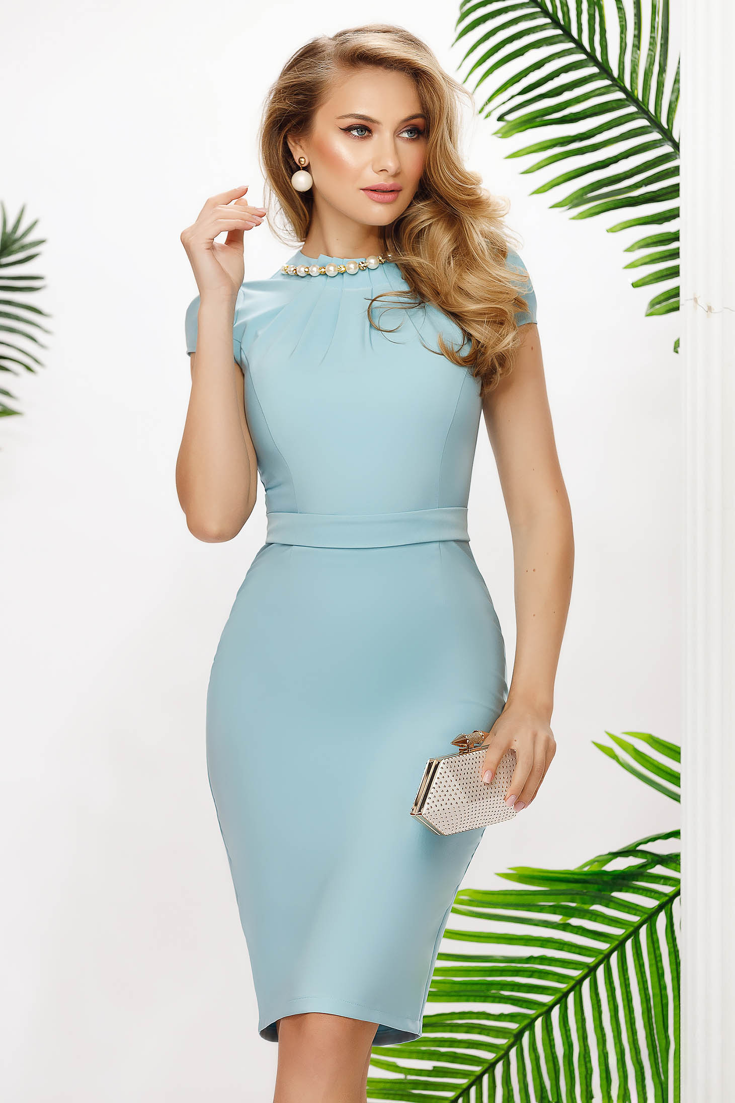 Lightblue dress midi pencil accessorized with chain with pearls